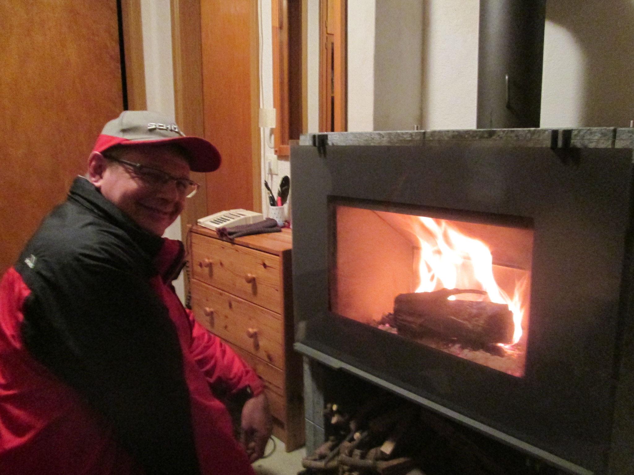 Als es dunkel wurde, kamen wir an. Roland machte Feuer im Kamin.