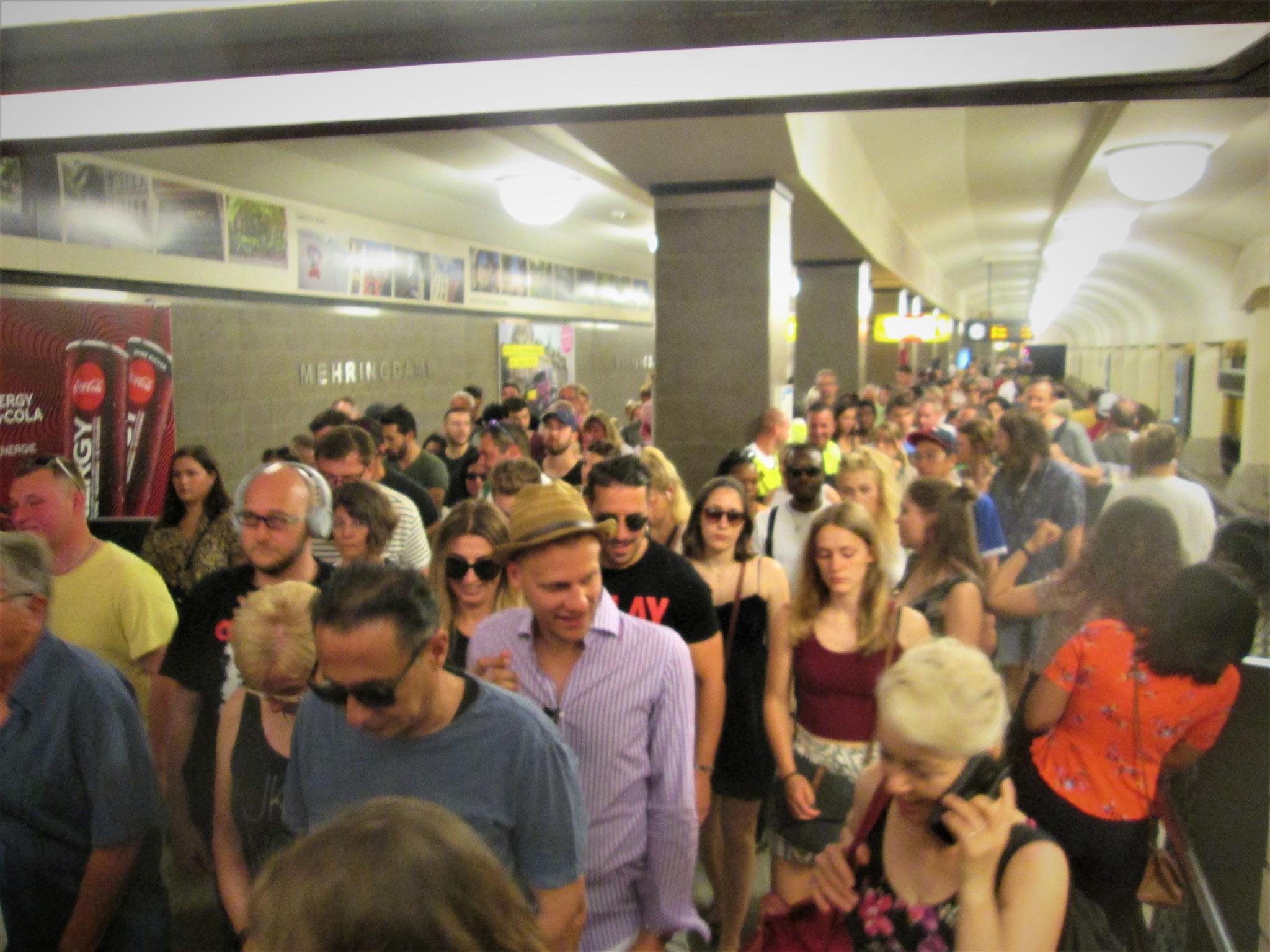 Der Boden vibriert, unter unseren Füßen fährt die U7,  brechend voll mit Besuchern.