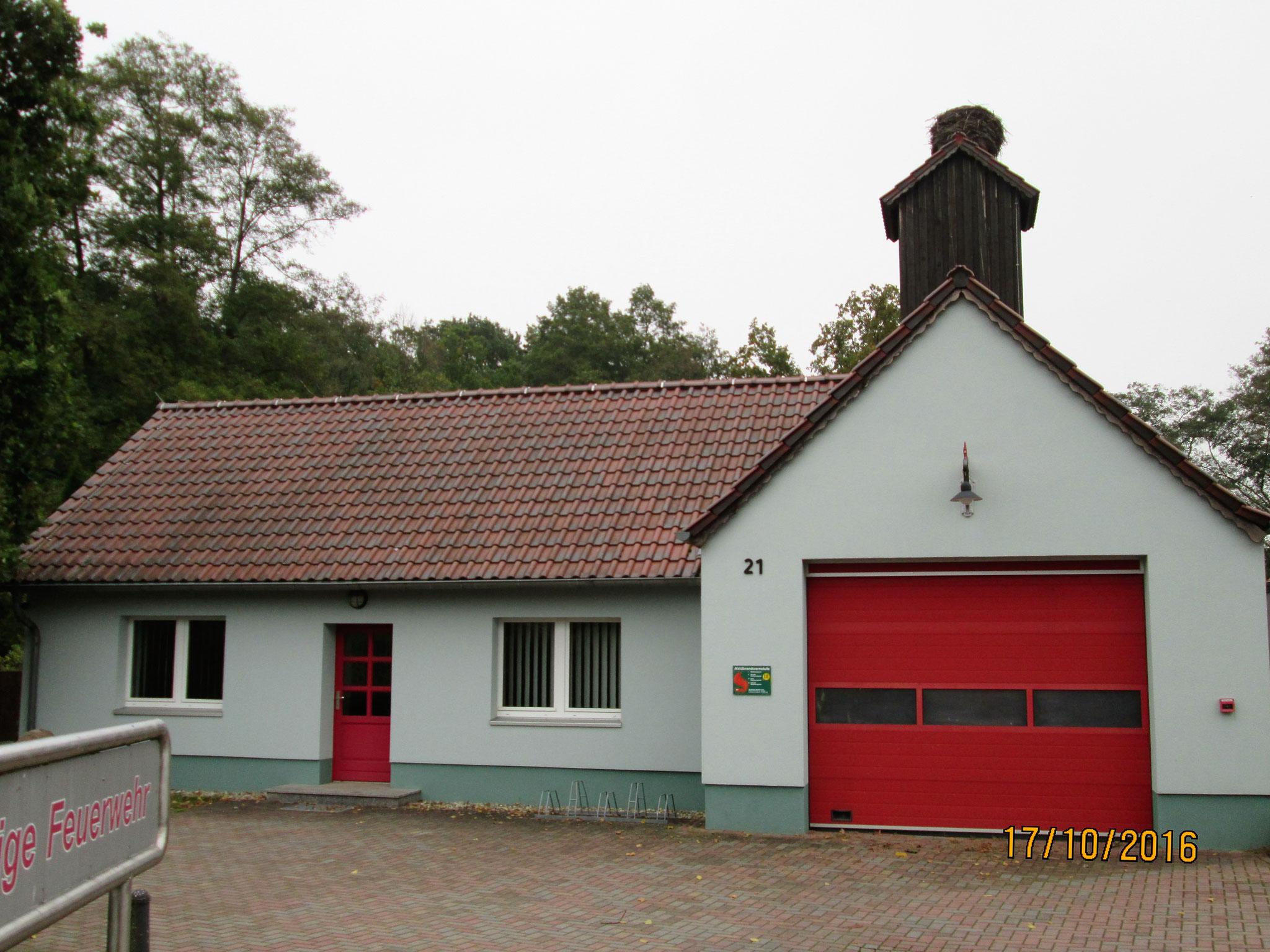 an dem Feuerwehrhäuser wie Kathedralen aussehen, mit Storchennestern statt Glocken...