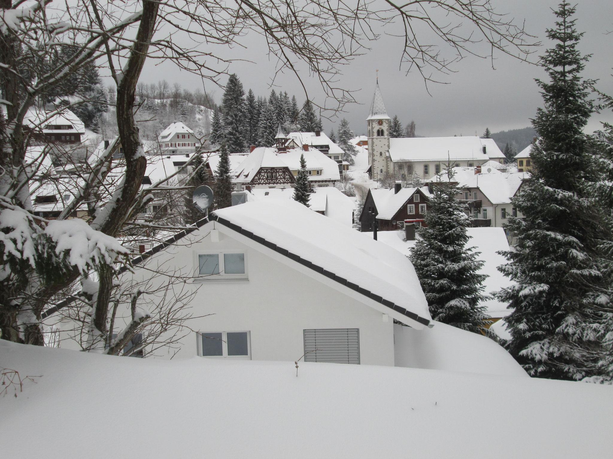 Dann wandere ich, langsam, um den Blick auf das verschneite Dorf festzuhalten,