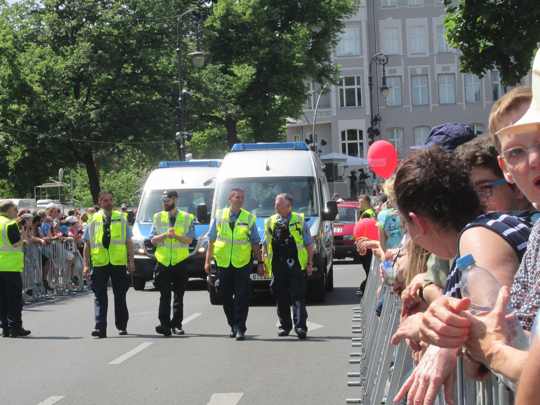 der Karneval der Kulturen beginnt mit einer spaßfreien Polizeiprozession, damit die Krawallos wissen, wo der Hammer hängt