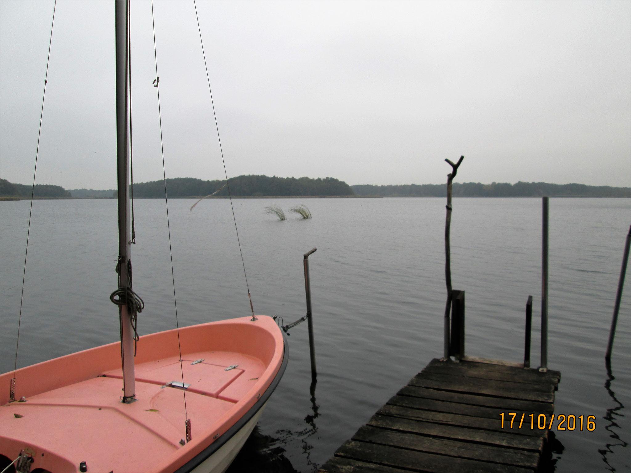 ... wartet, während Wasser an die Bootswand schwappt im rhythmischen Spiel