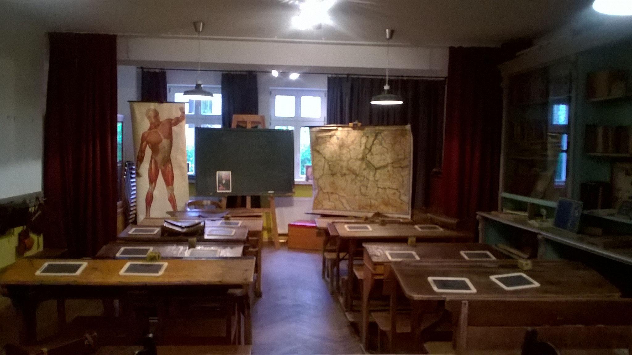 """zum Café """"Altes Schulhaus"""". Hier stehen noch die Schulbänke mit den Schiefertafeln von Anno Dazumal. Ich esse Birnenkuchen."""