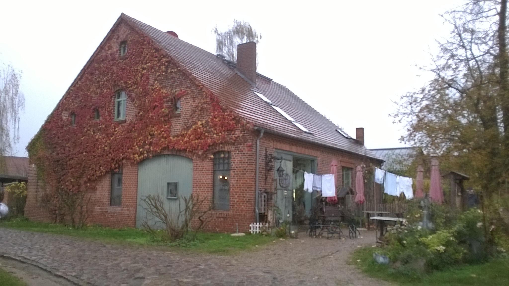 """Als ich das Café """"altes Waschhaus"""" betrete mit dem museumshaften Interieur und den fetten Sahnetorten (mit Birnen allesamt),"""