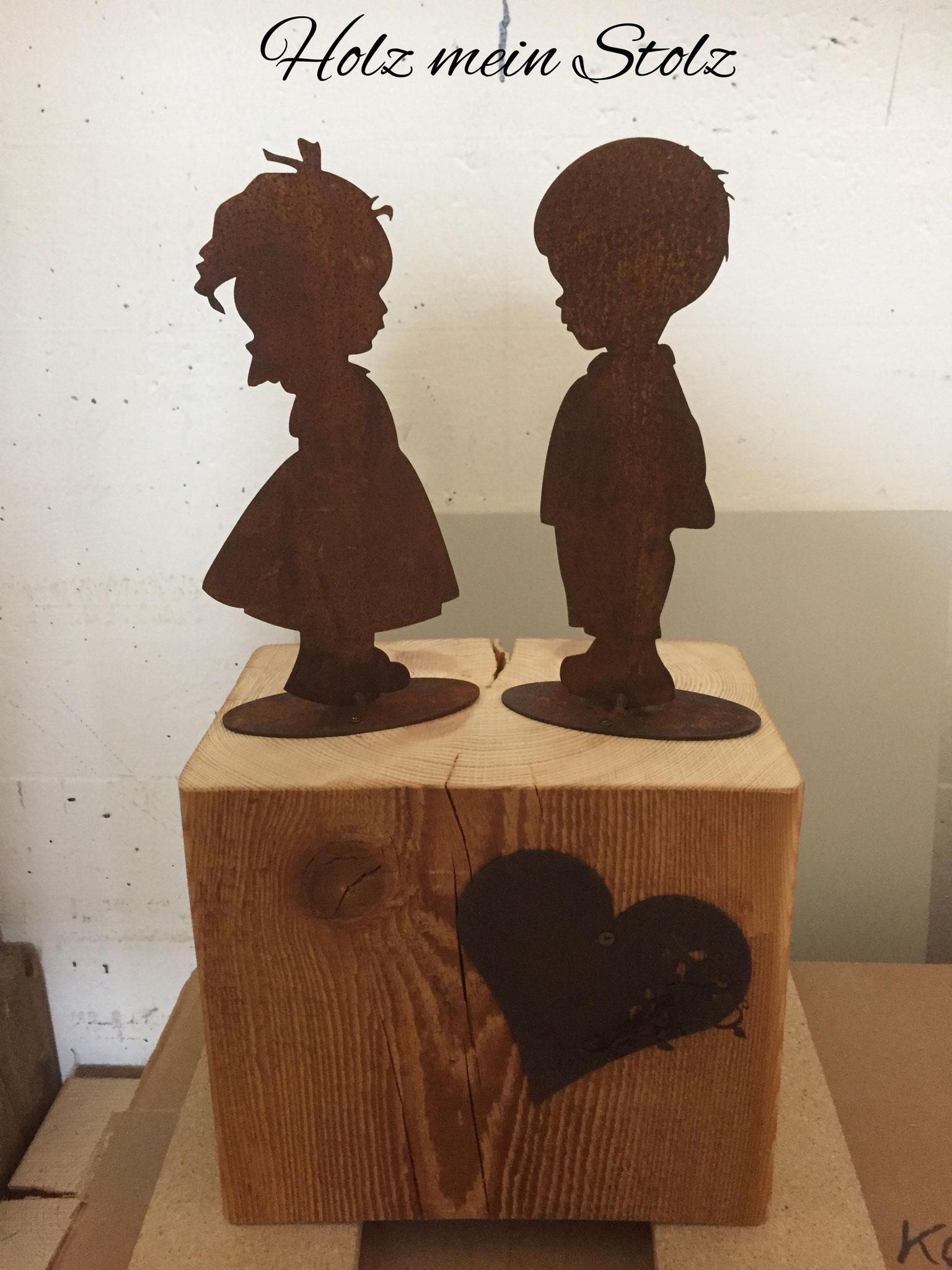 Kinder auf Holzbalken