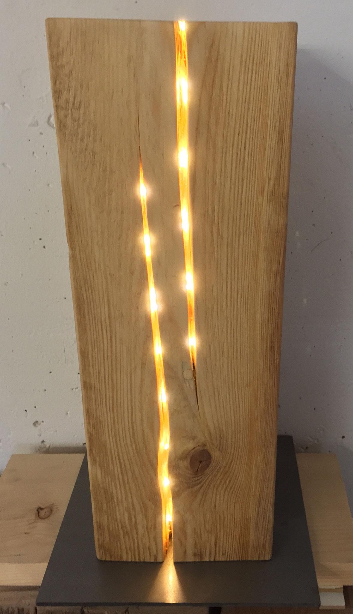 Altholz Balken mit LED Licht in den Rissen