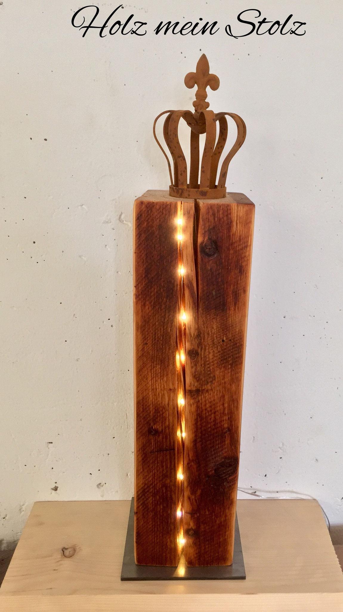 Altholzbalken mit Krone, LED Licht im Riss