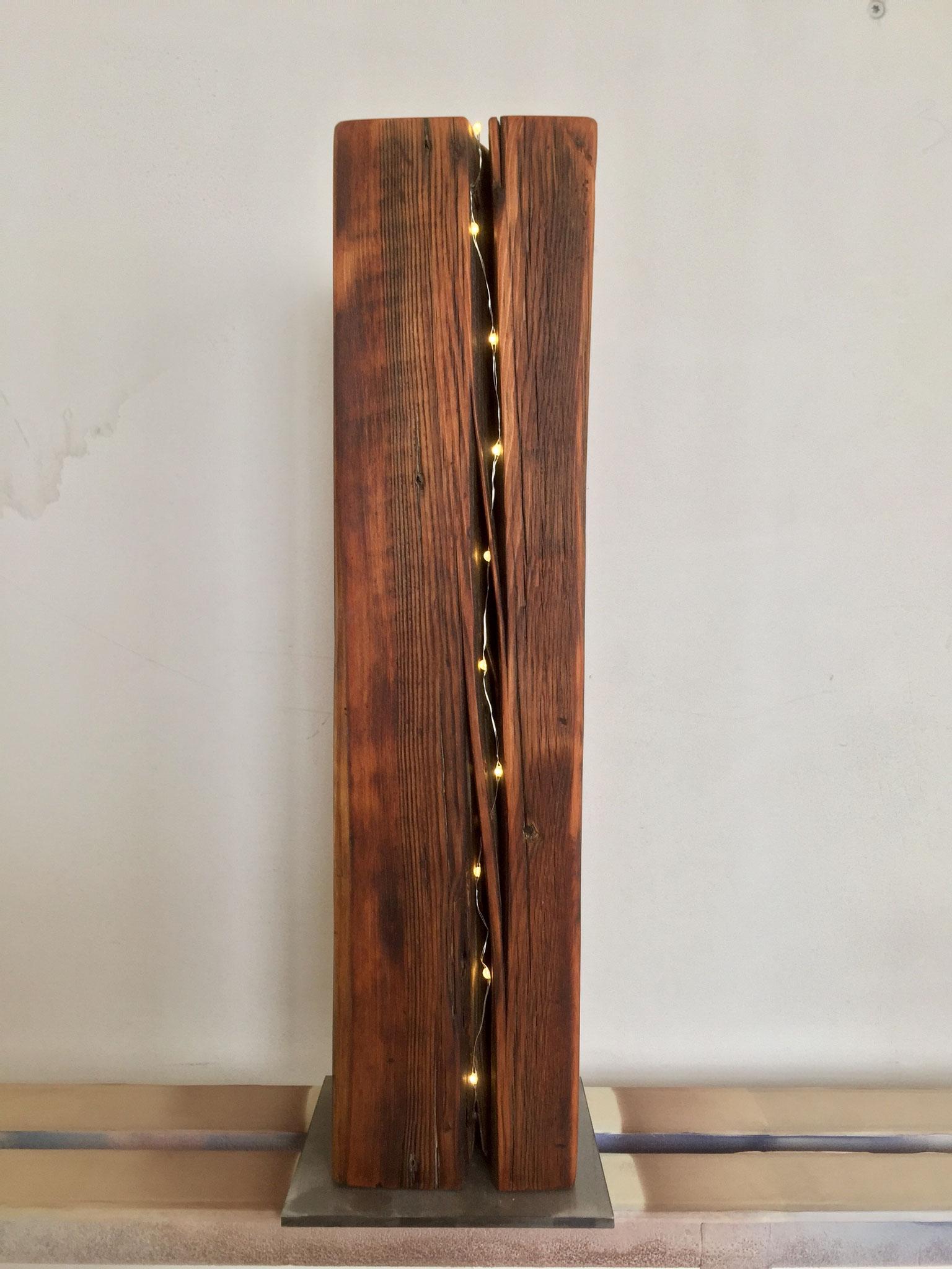 Lärche Altholz Balken mit LED Licht im Riss