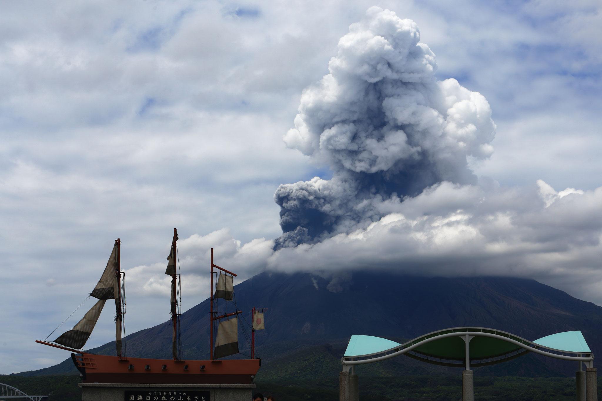桜島爆発。灰色と白色混じる2500mの噴煙(5/5 12:18 道の駅たるみずより