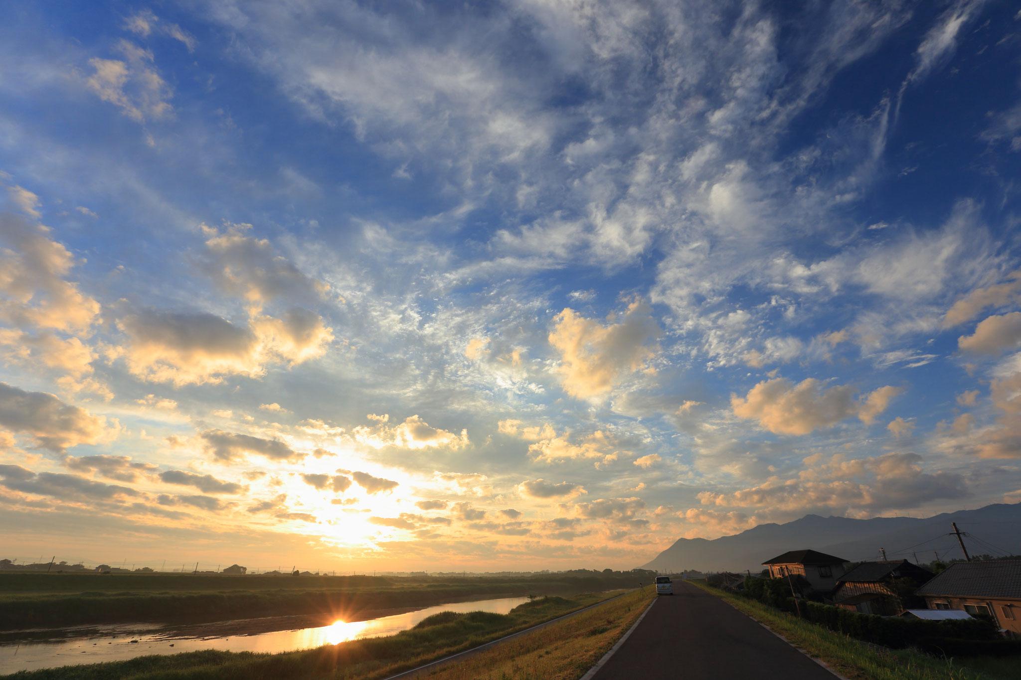 池之園橋付近堤防から朝の空と朝陽を堪能(5/21 肝付町)