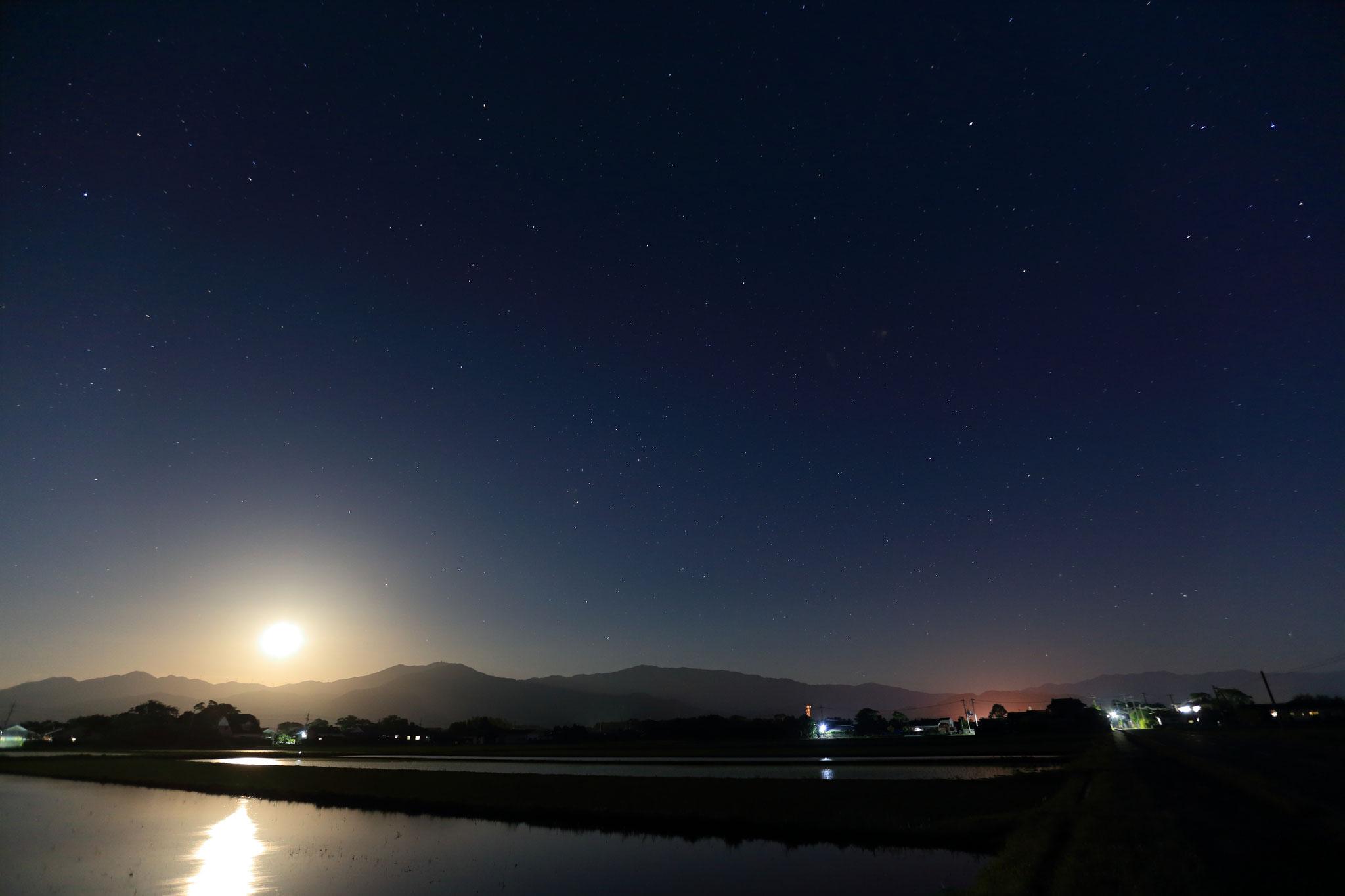 5月14日22時半頃国見山から昇る月と星空(会社前の道路)