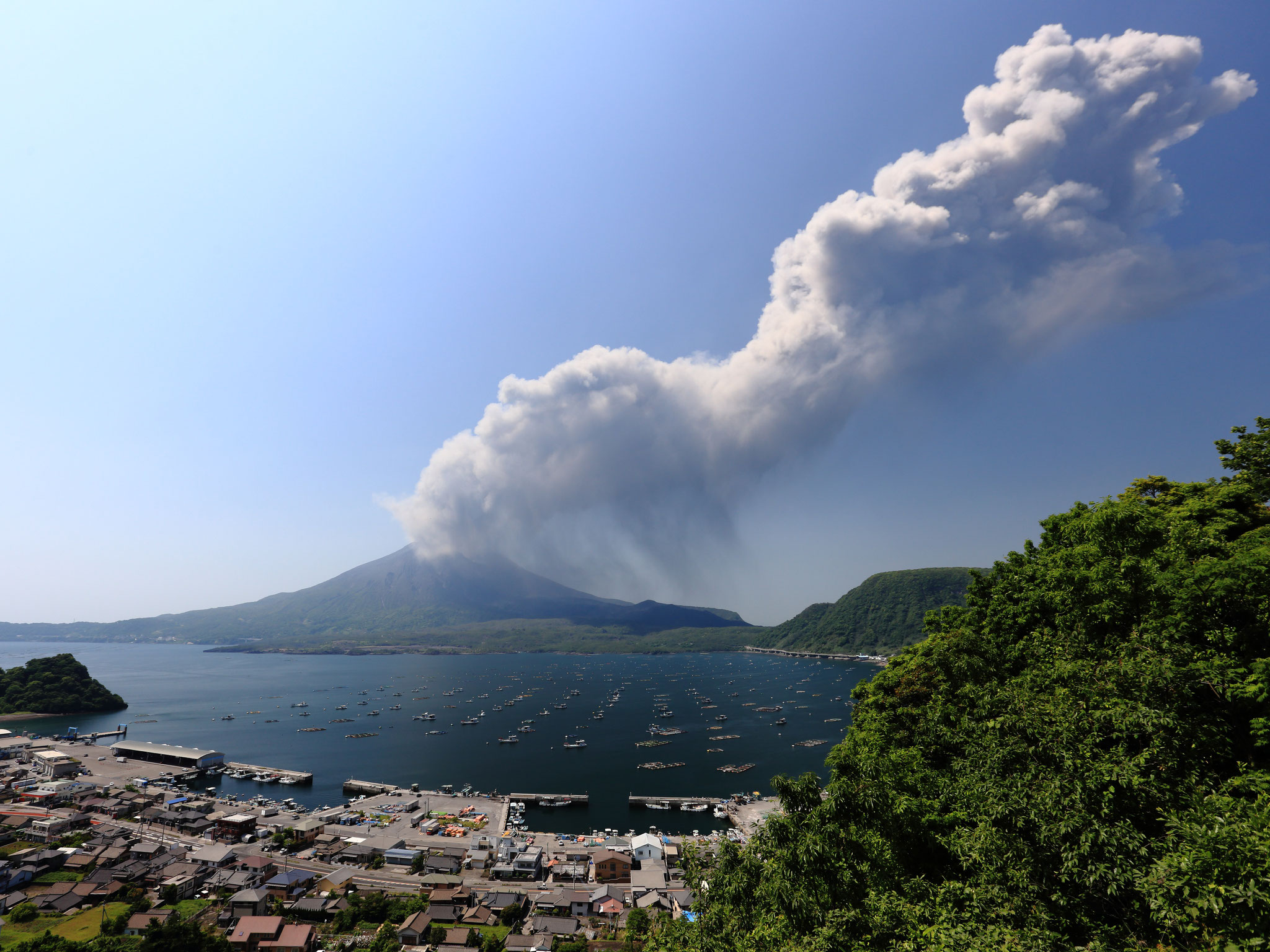 活発化してきた桜島、噴火も多くなってきました。(5/14 垂水市海潟)