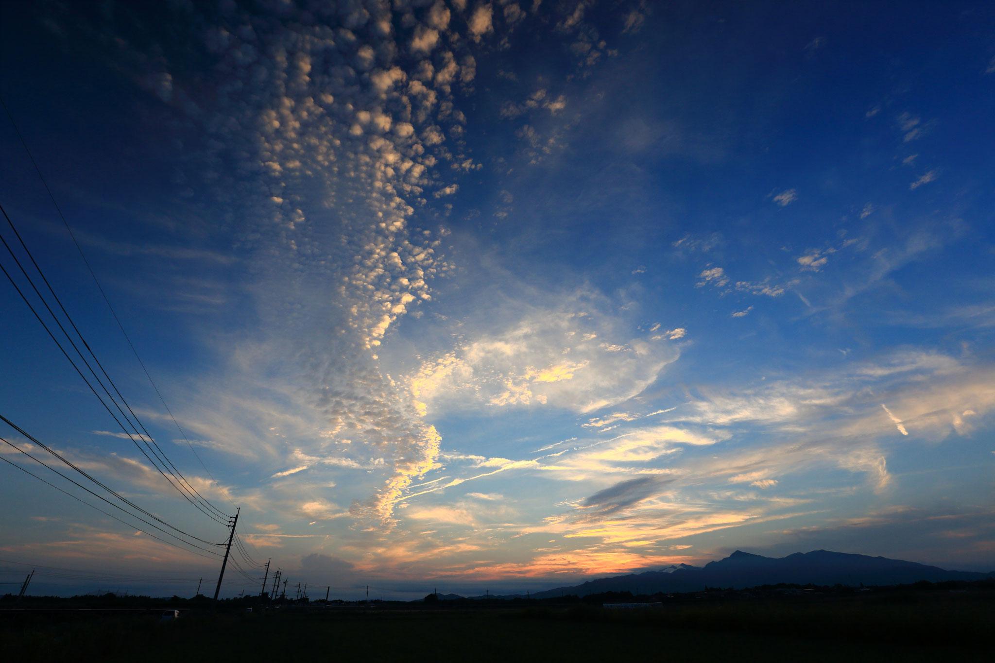夕焼けに照らされるウロコ雲(6/11 串良町)