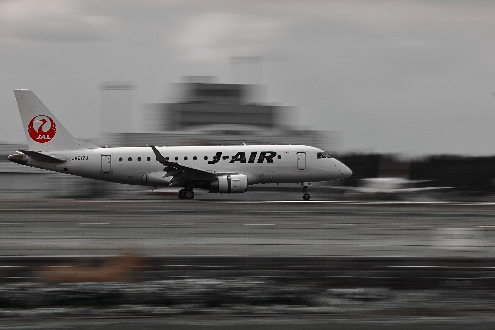 旅客機の流し撮り(11/29 鹿児島空港)