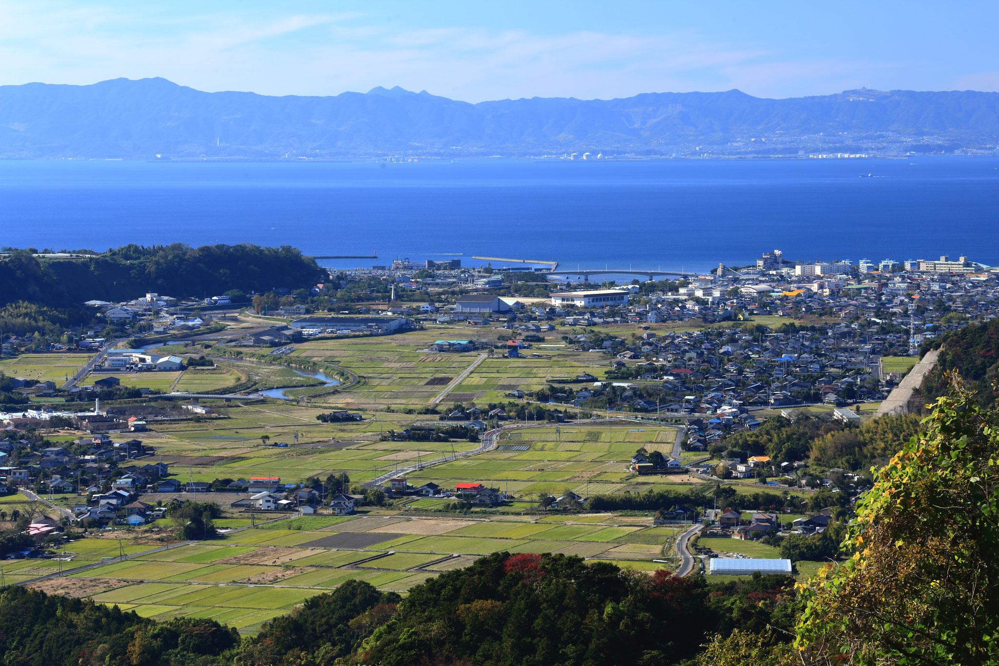 垂水市千本いちょう駐車場から眺める垂水市内と対岸の薩摩半島