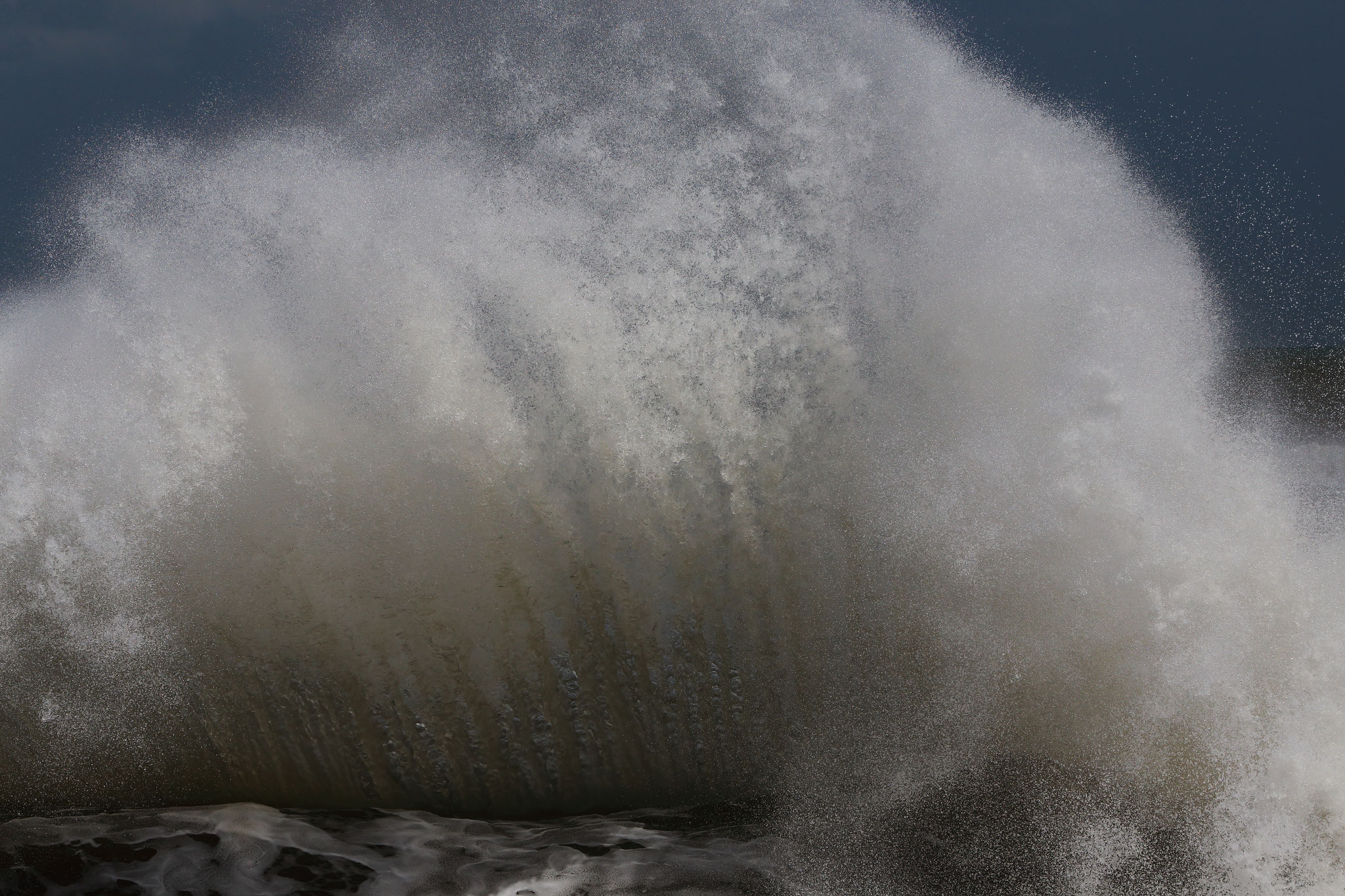 荒れる海が起こす大波(9/7 東串良町)