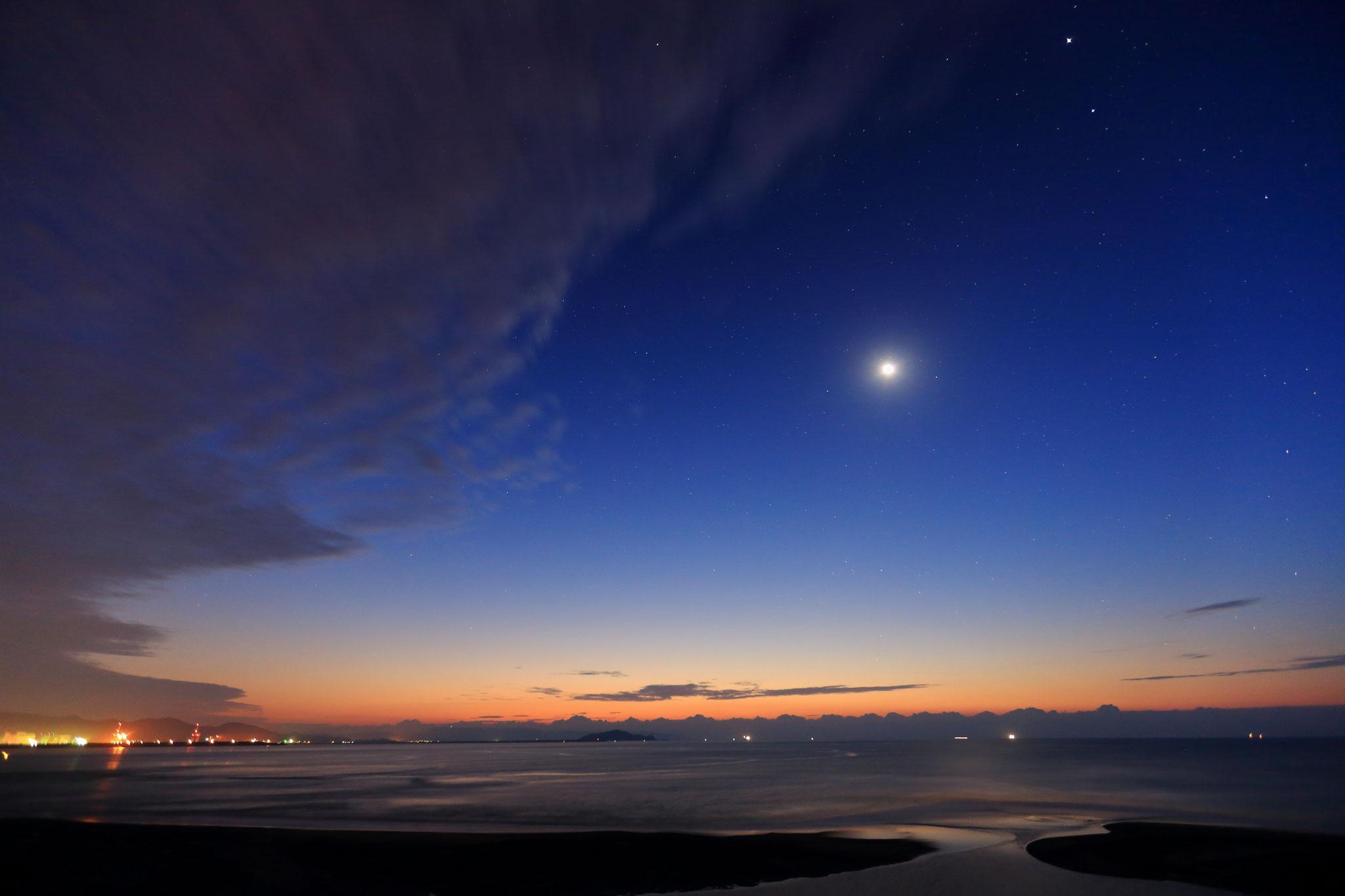 12/25 朝6時でも星は輝き月も煌めく。朝の光現る志布志湾。