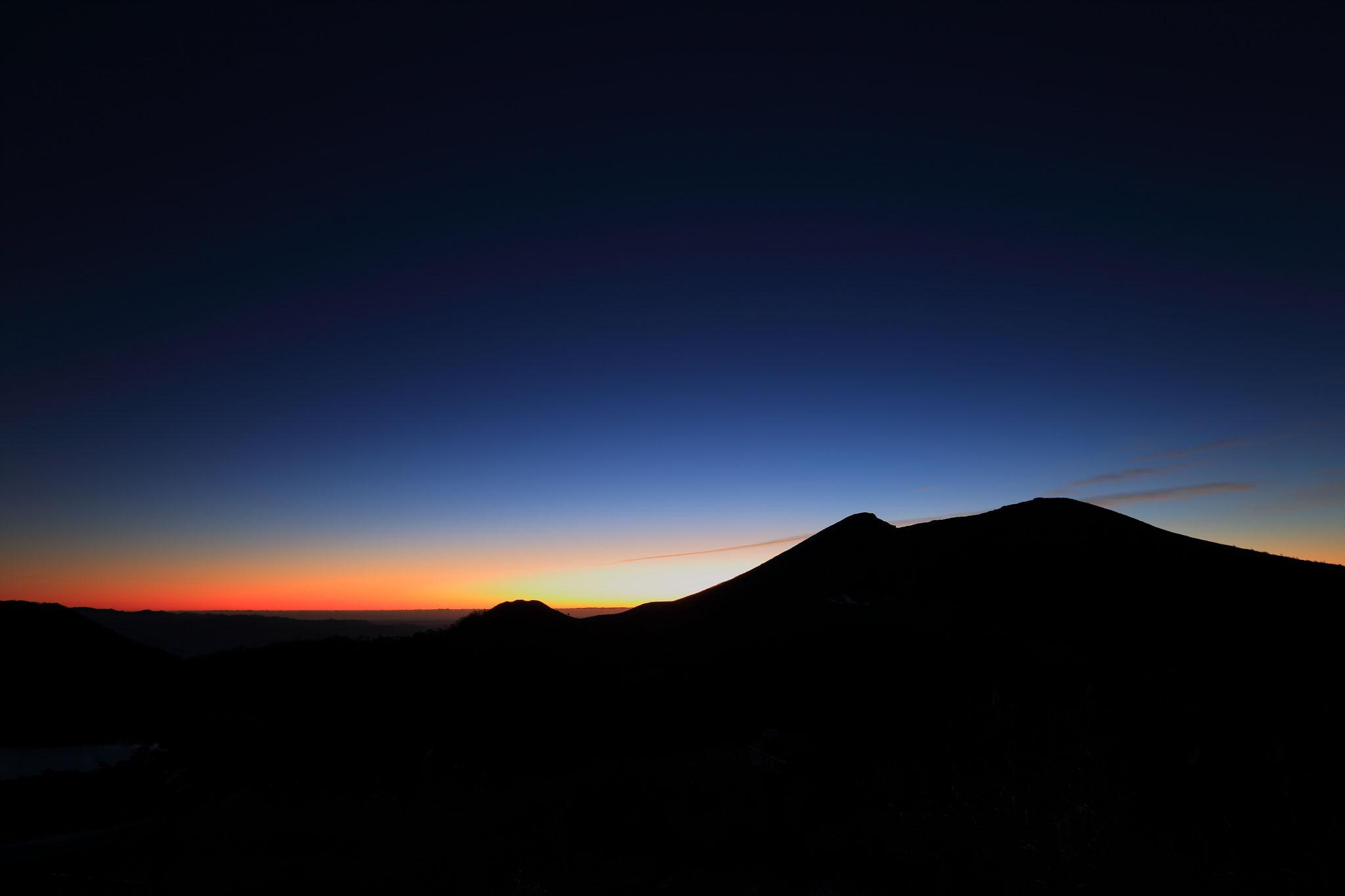神秘的な朝の始まり(えびの高原白鳥山から韓国岳を撮影)