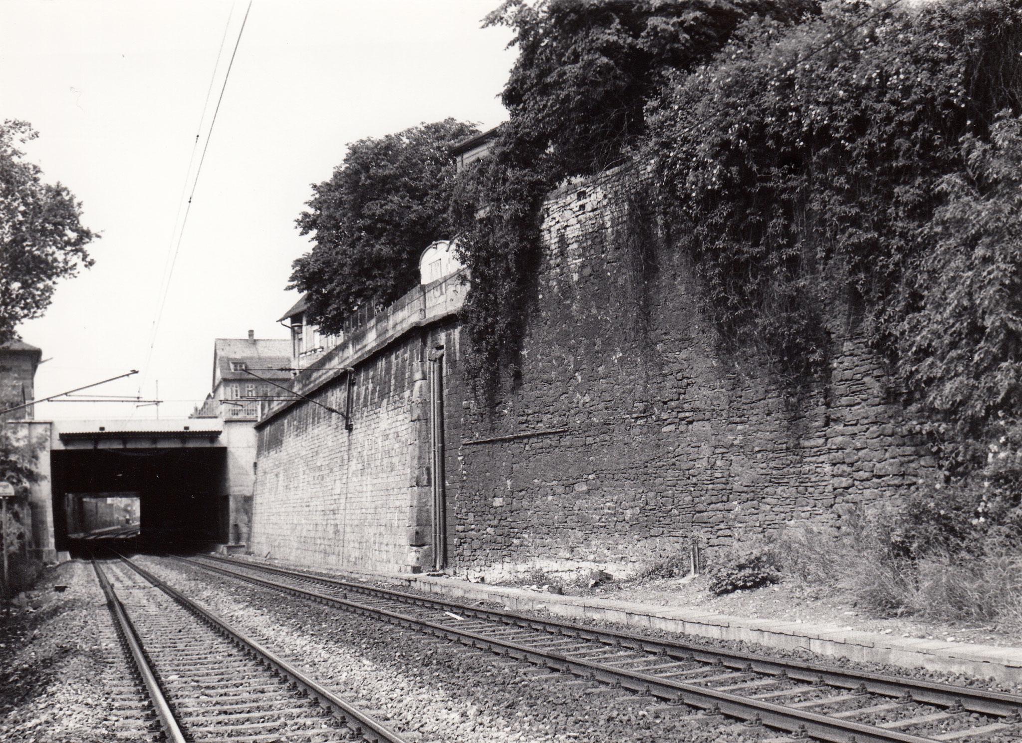 Bahn östlich der Bundesstraße mit Nahtstelle Stützmauer und alte Stadtmauer