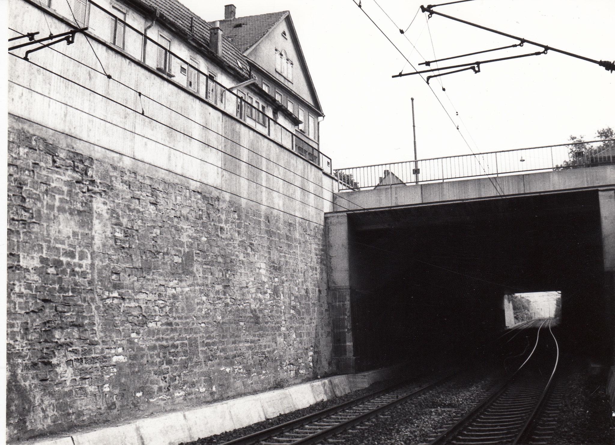 Bahngleise unter Brückenstraße mit Giebel des Sennfelder Hofes, Brückenstraße 32