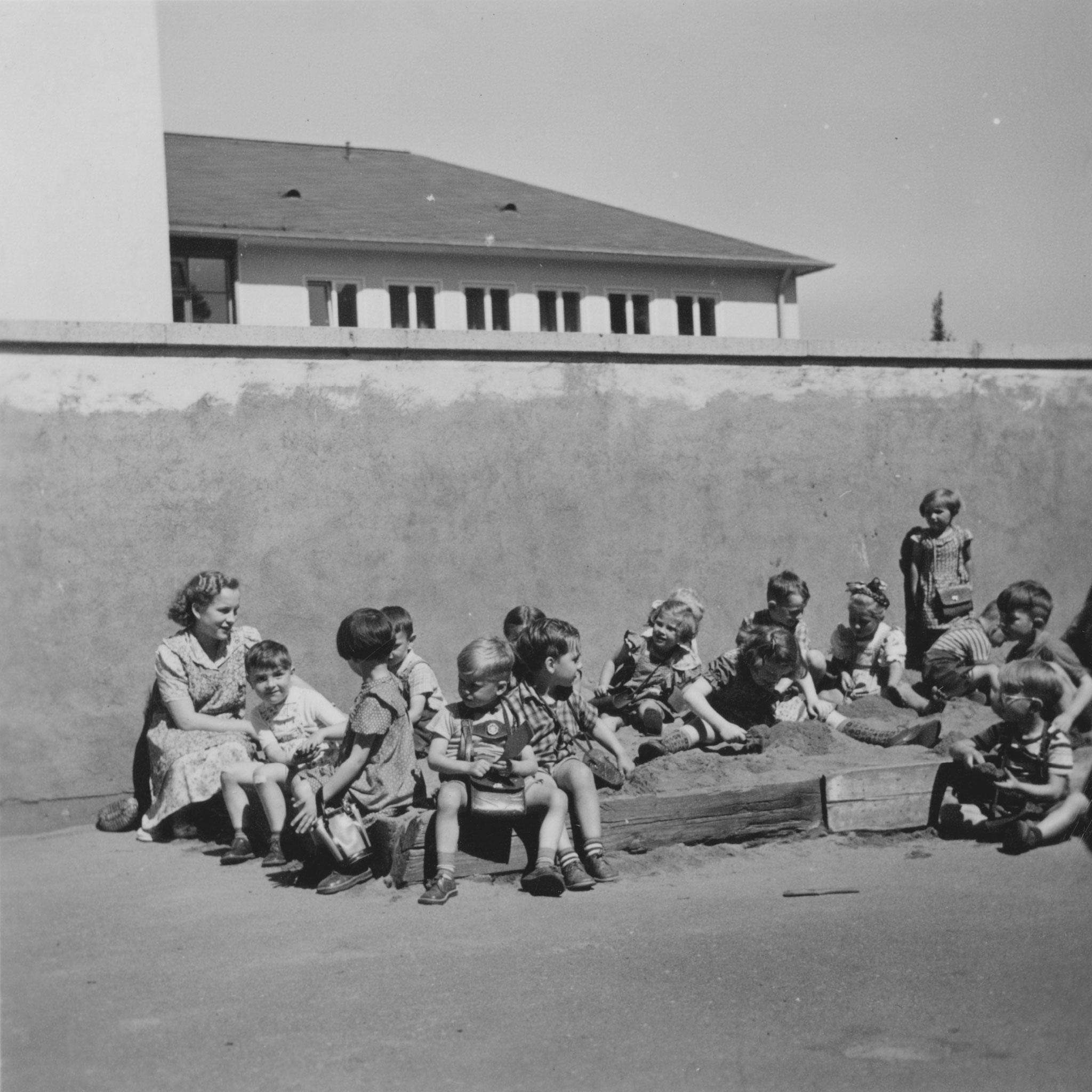 links die Betreuerin Elfriede  1953