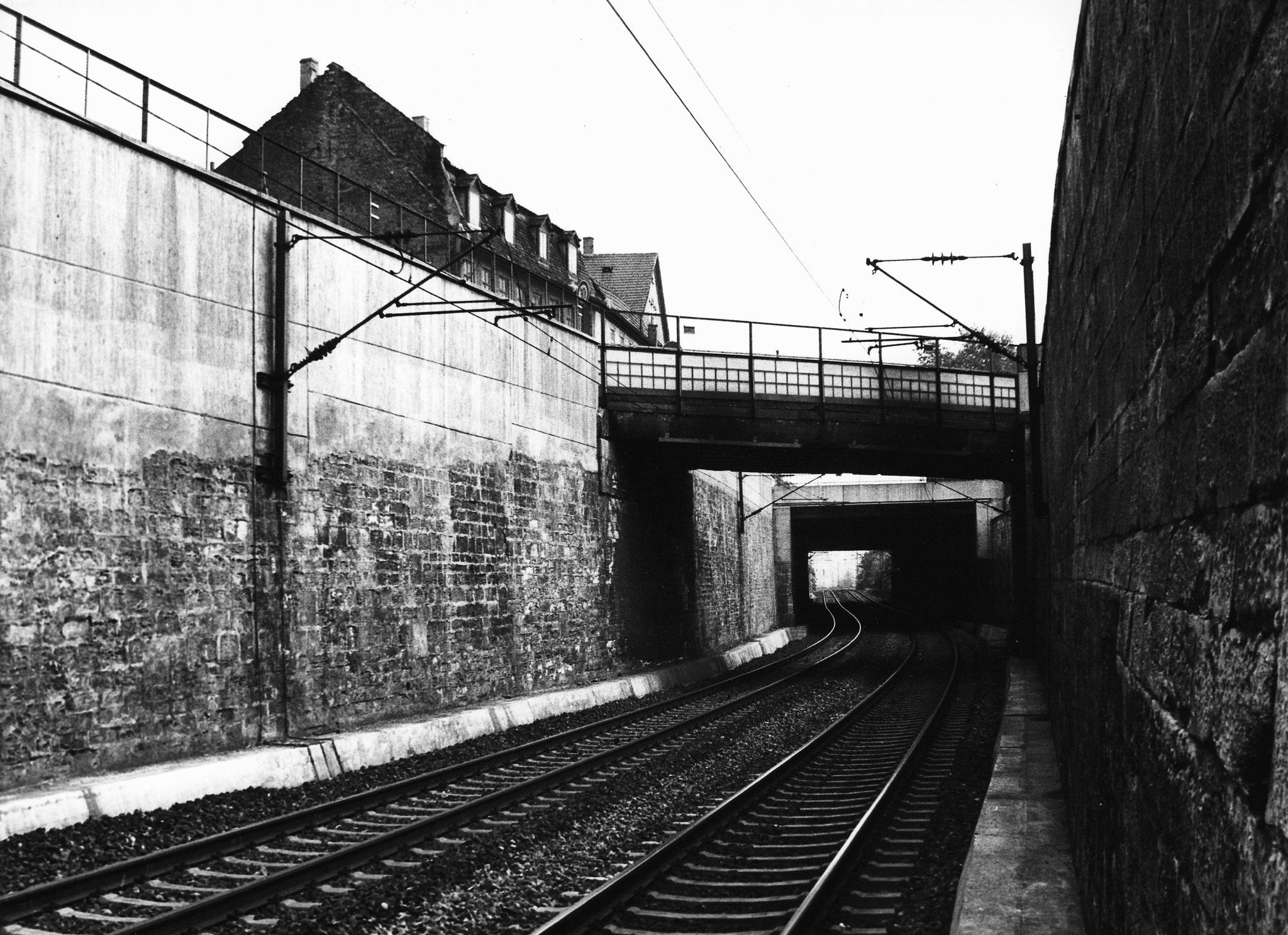 Bahnführung unter Fischerrain und Brückenstraßenbrücke mit Nussgasse 3 sowie Giebel des Sennfelder Hofes, Brückenstraße 32