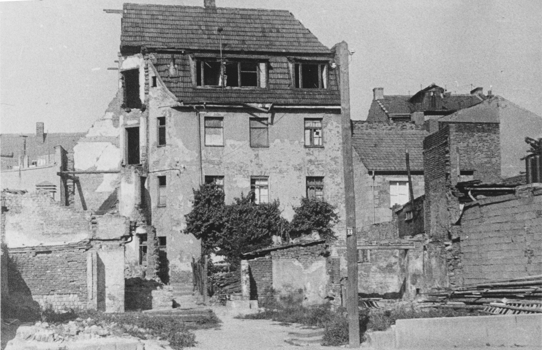 Hinterhof Wolfsgasee 14, nach Bombenangriff 1944