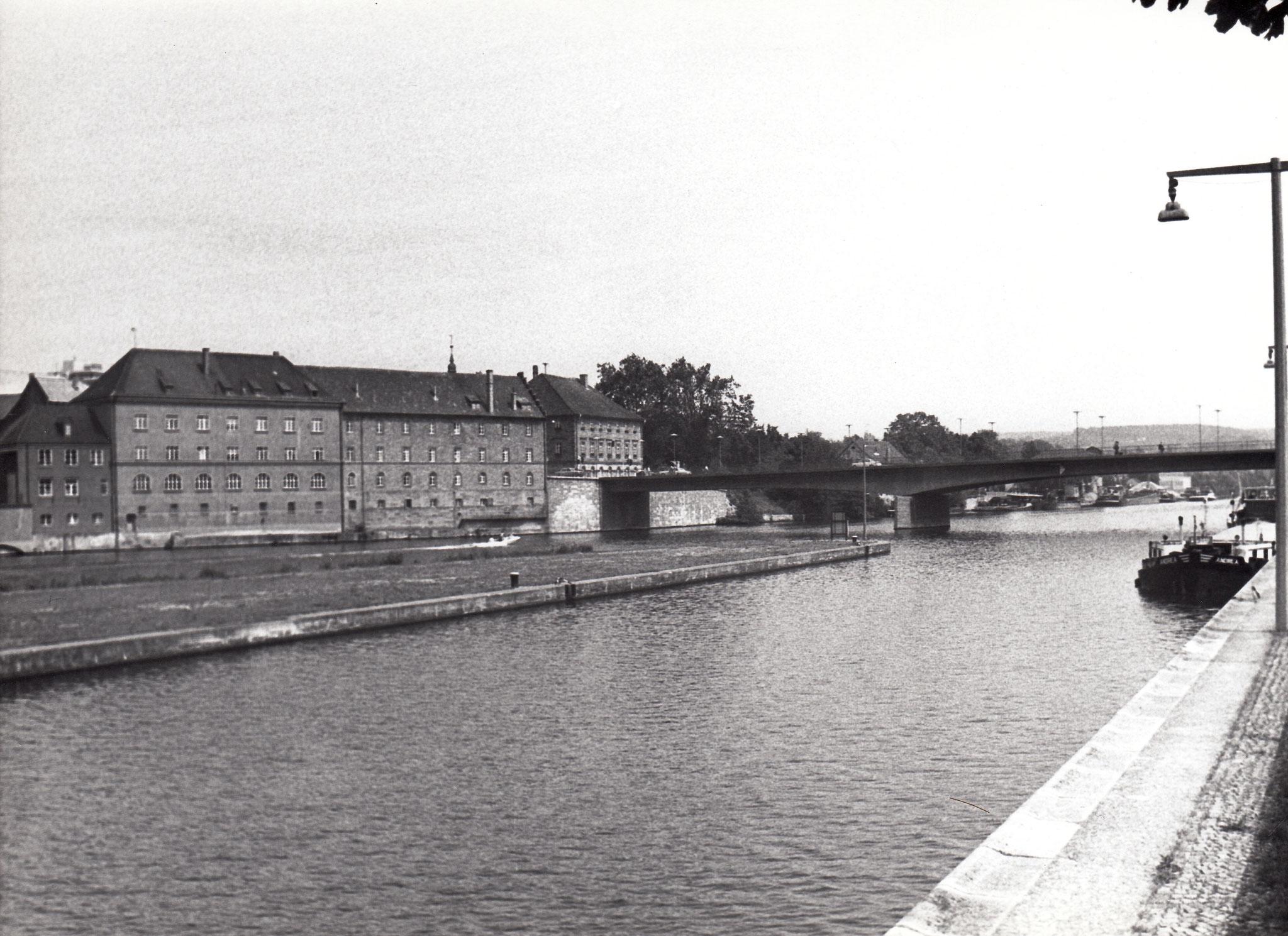 Blick vom einstigen Schlachthof zu Brückenstraße 38-43 Harmoniegebäude und Maxbrücke