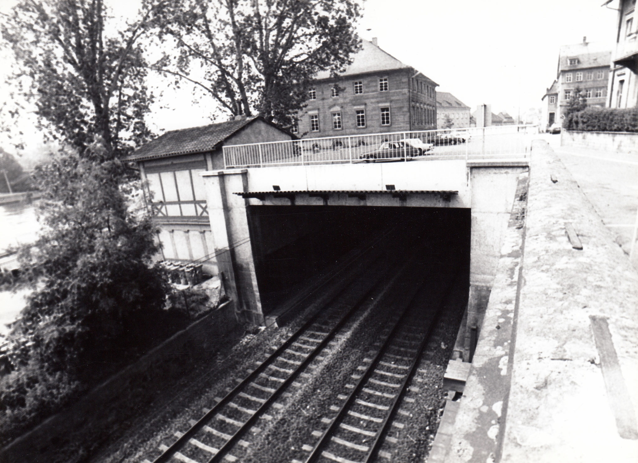 Parkplatz und Brückenstraße über Bahnführung gesehen vom Zwinger
