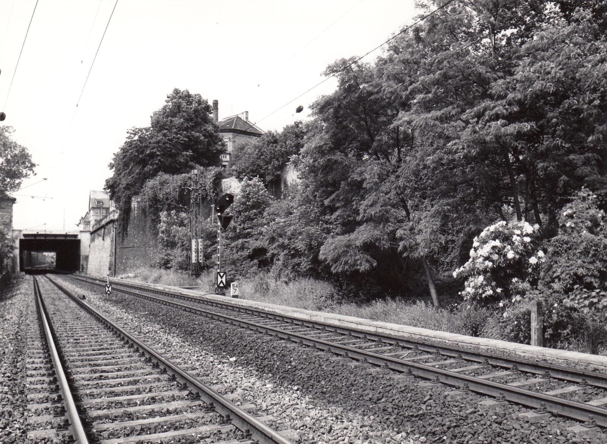 Nahtstelle Stadtmauer und Stützmauer entlang den Bahngleisen