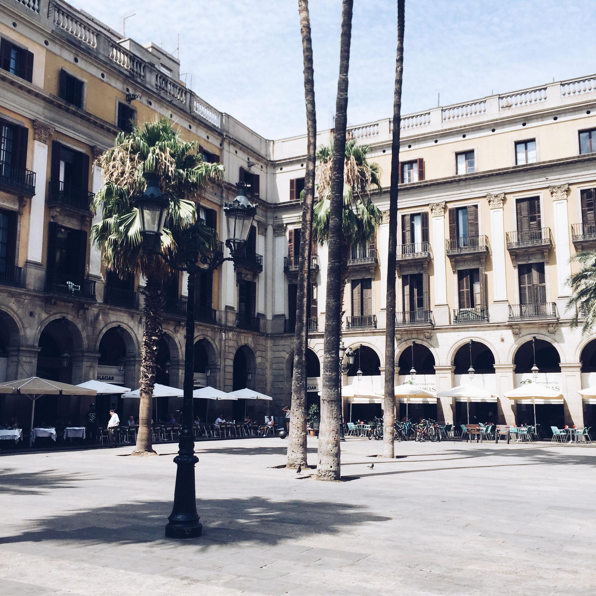 Plaça Reial, allemaal leuke restaurantjes bij de Ramblas