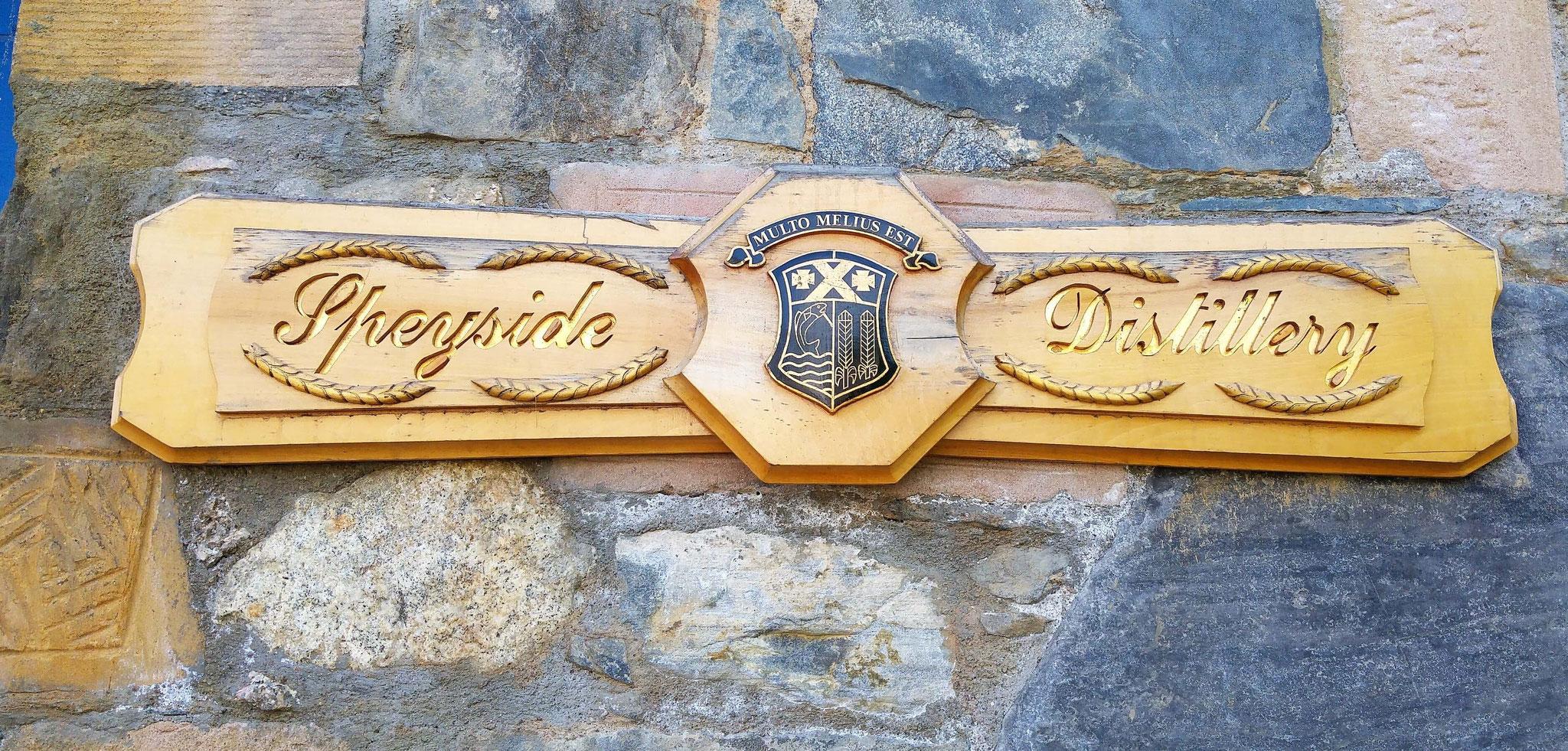 Ein Logo an der Wand.