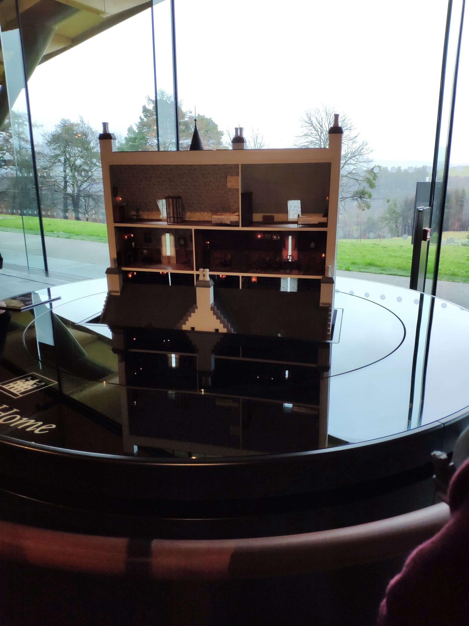 Die Tour geht mit einem Blick in den Ursprung der Brennerei los - inklusive Miniaturflasche!