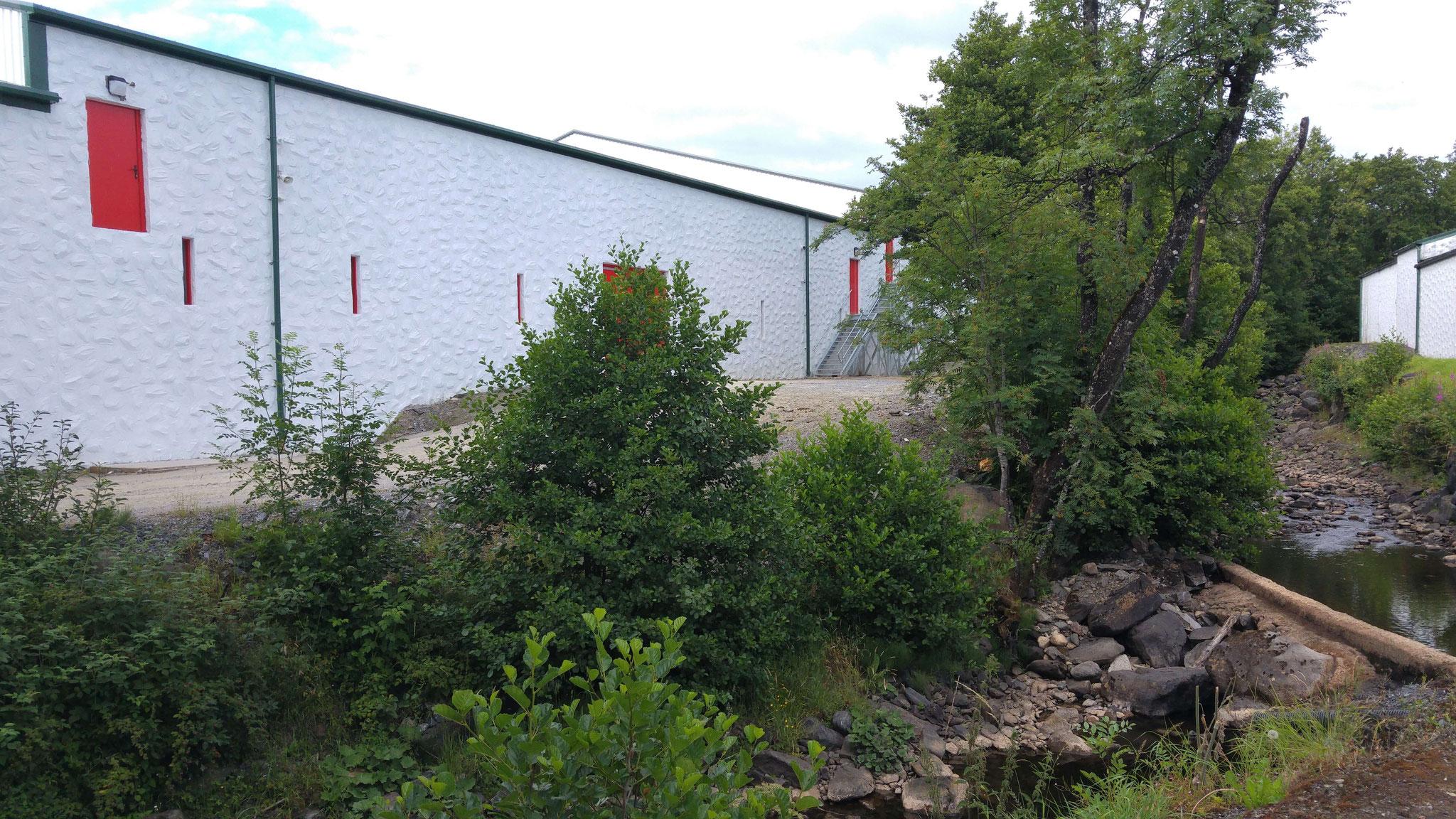 Die neue Brennerei, auch Edradour 2 genannt. Zum Glück passt sie gut in das Gesamtbild.