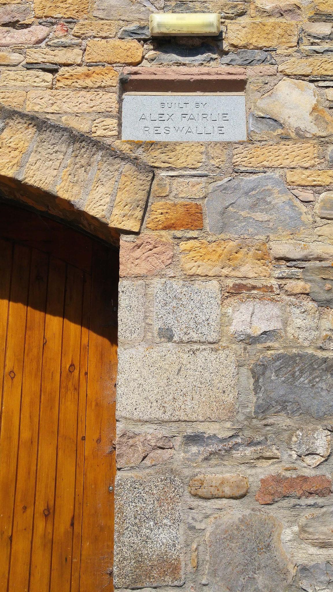 Der Erbauer wurde immerhin mit einem Stein bedacht.