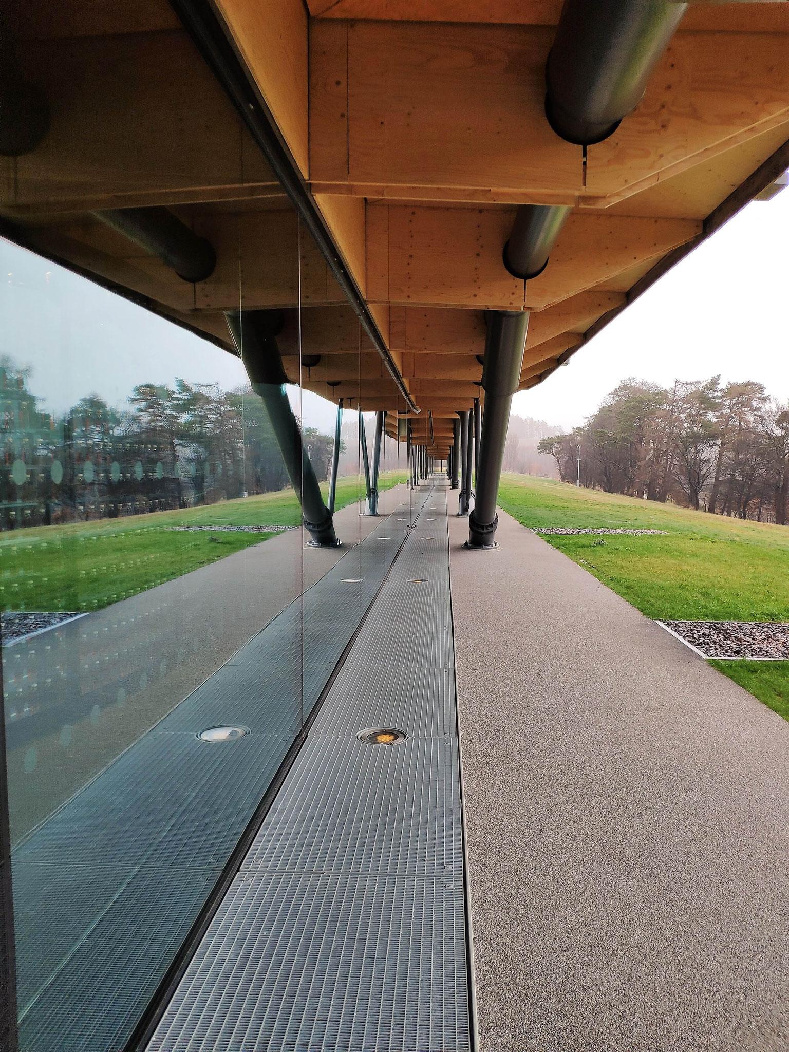 Von außen kann man direkt zum Gebäude gehen und erfährt so die volle Größe.