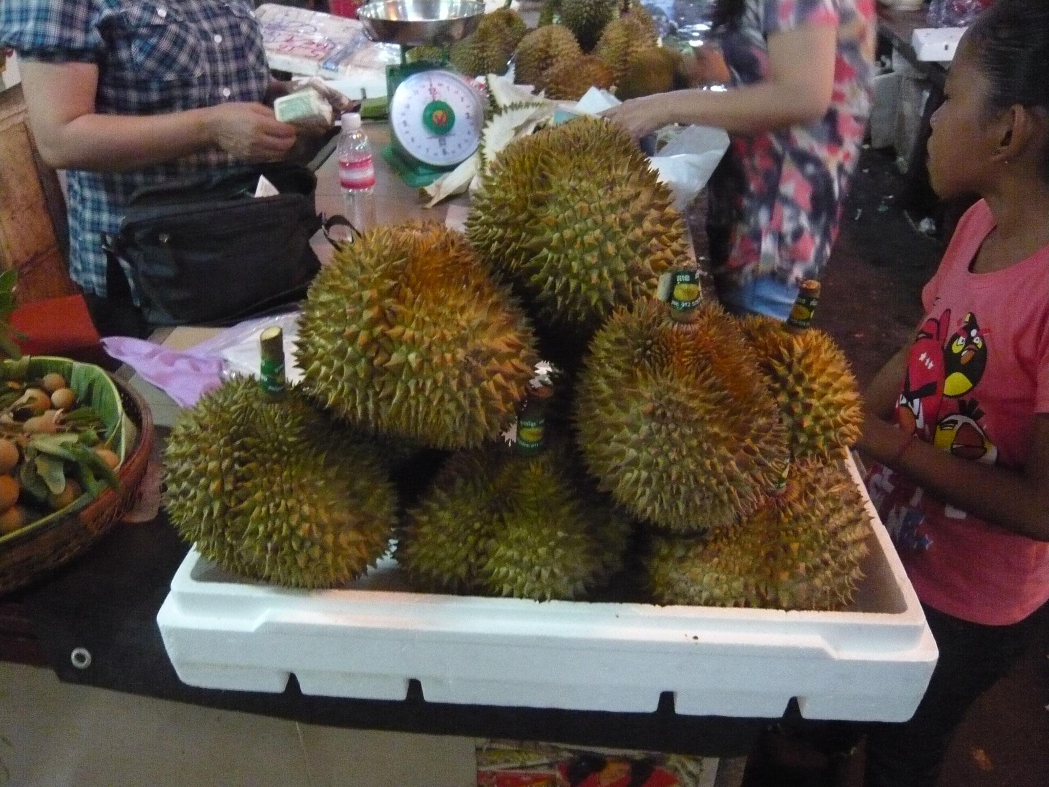 Thailand - Lena bewundert Früchte, die sie nicht kennt