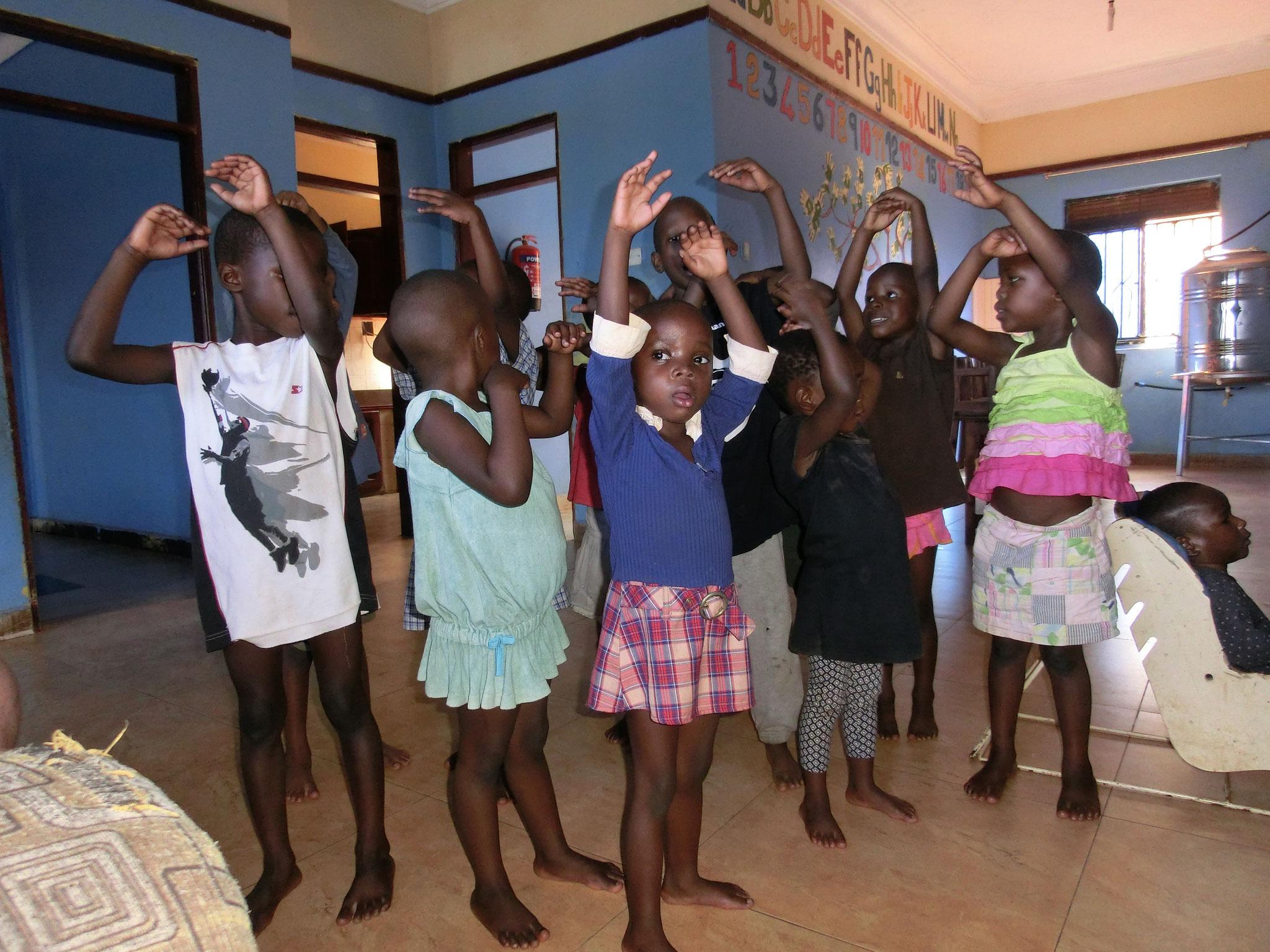 Die Kleinen im Waisenhaus
