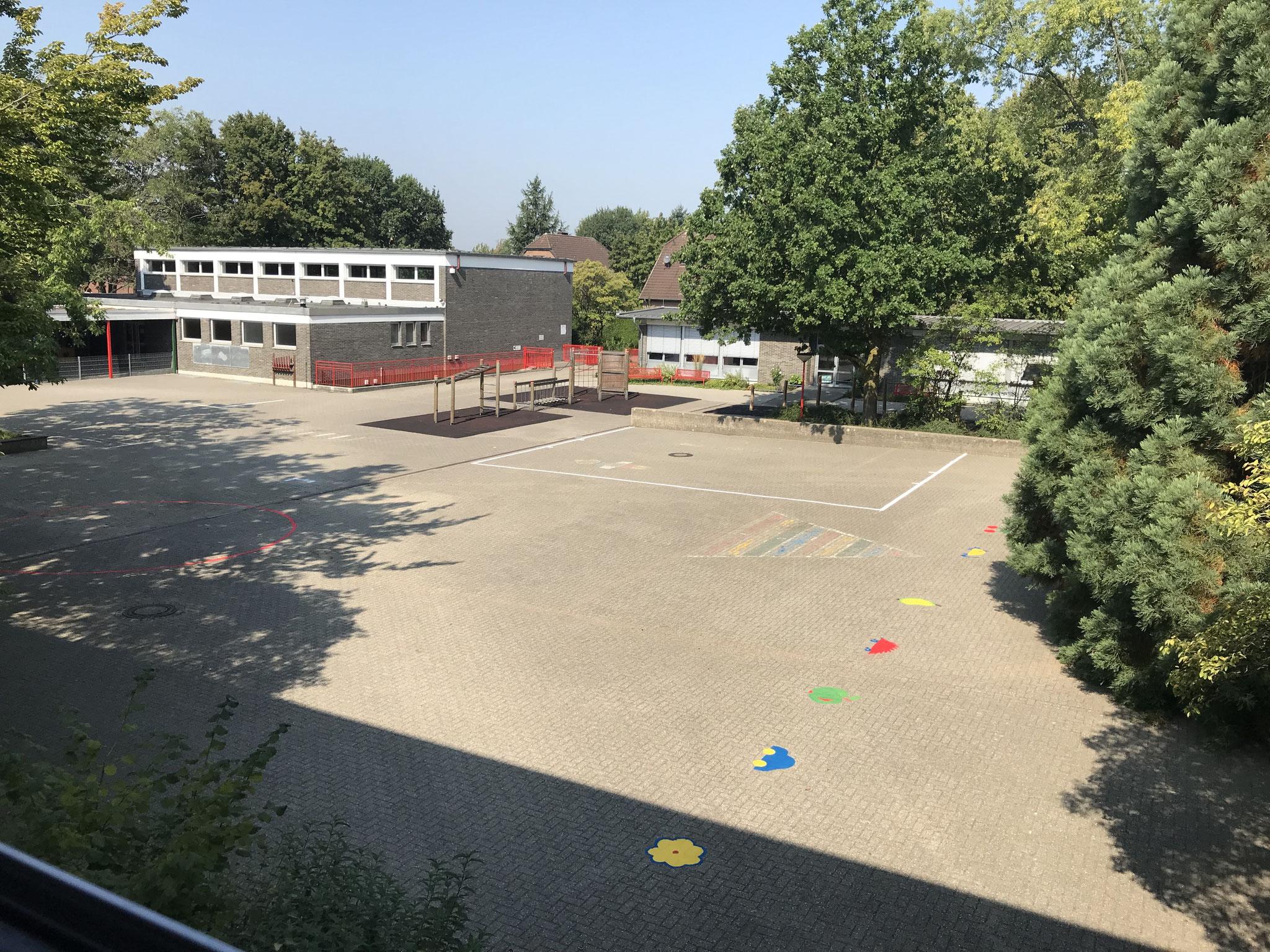 Überblick Schulhof mit Aufstellplätzen