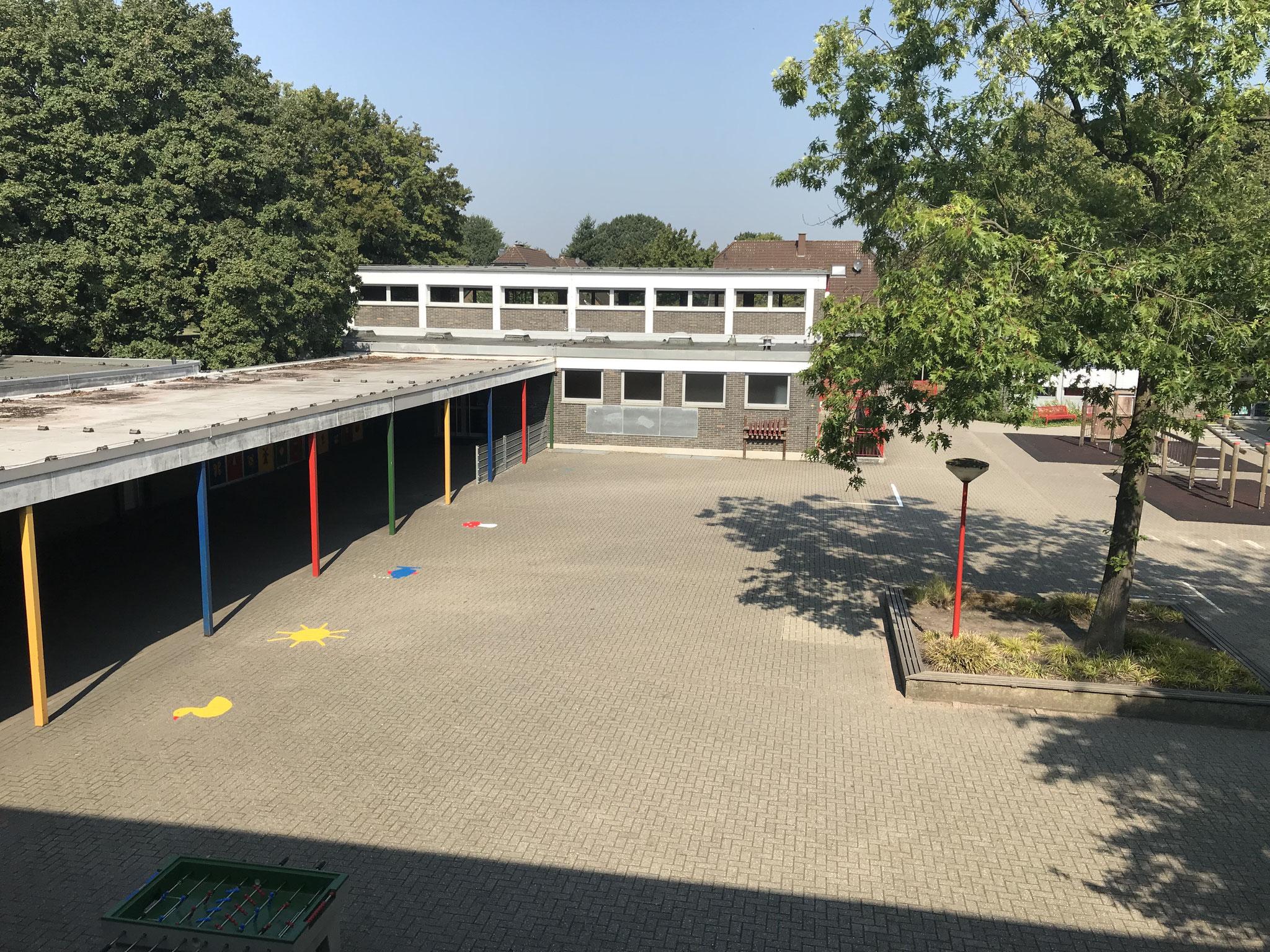 Überblick Schulhof mit Turnhalle
