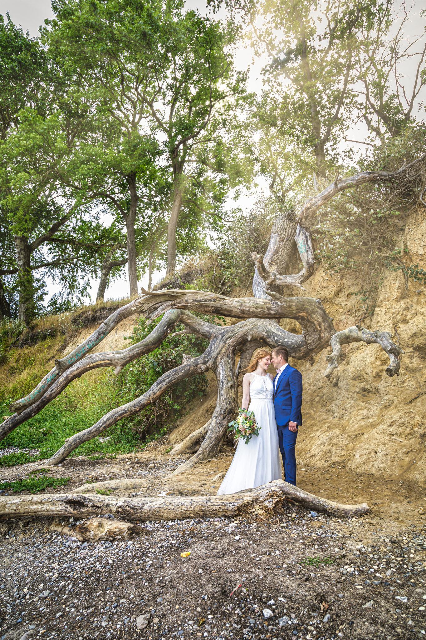Hochzeitsfotografie Hamburg, Hochzeitsfotos an einer Steilküste auf Fehmarn. Die besten Hochzeitsfotos, Hochzeitsfotografen Deutschland.