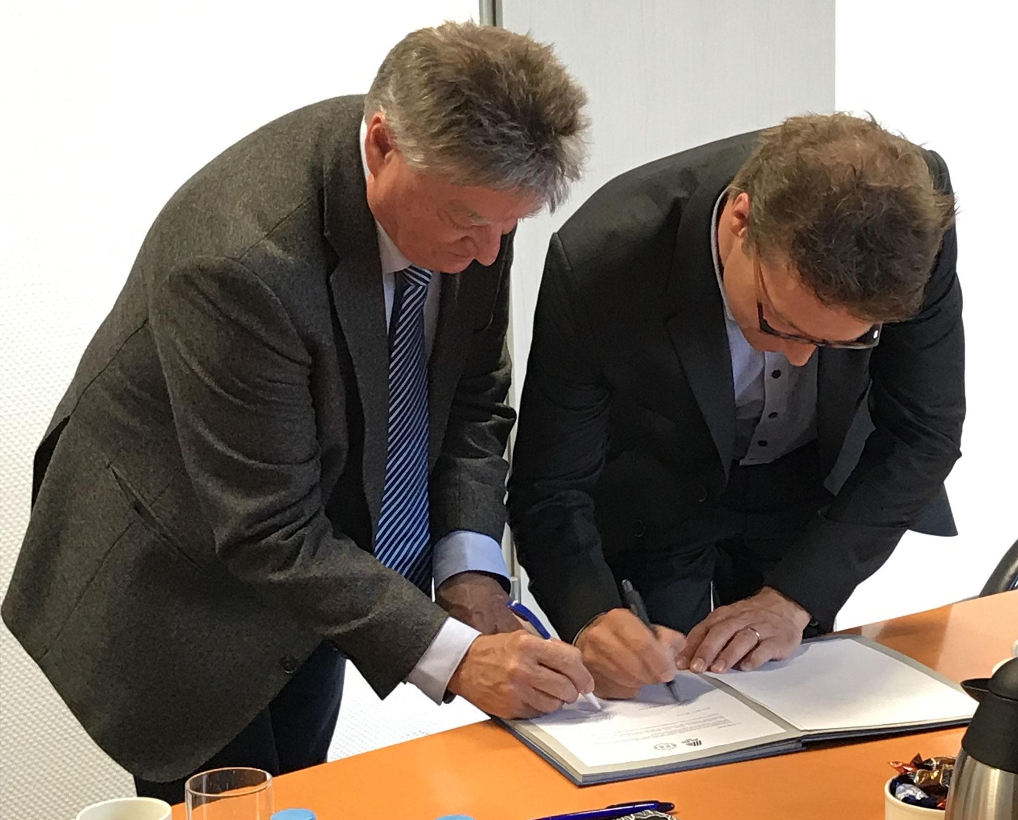Herr Simmer (Schulleiter KBBZ Saarlouis) und Herr Schlaegel (Leiter Beschaffung und Verwaltung der ALDI SÜD Regionalgesellschaft Bous) unterzeichnen die Kooperationsvereinbarung