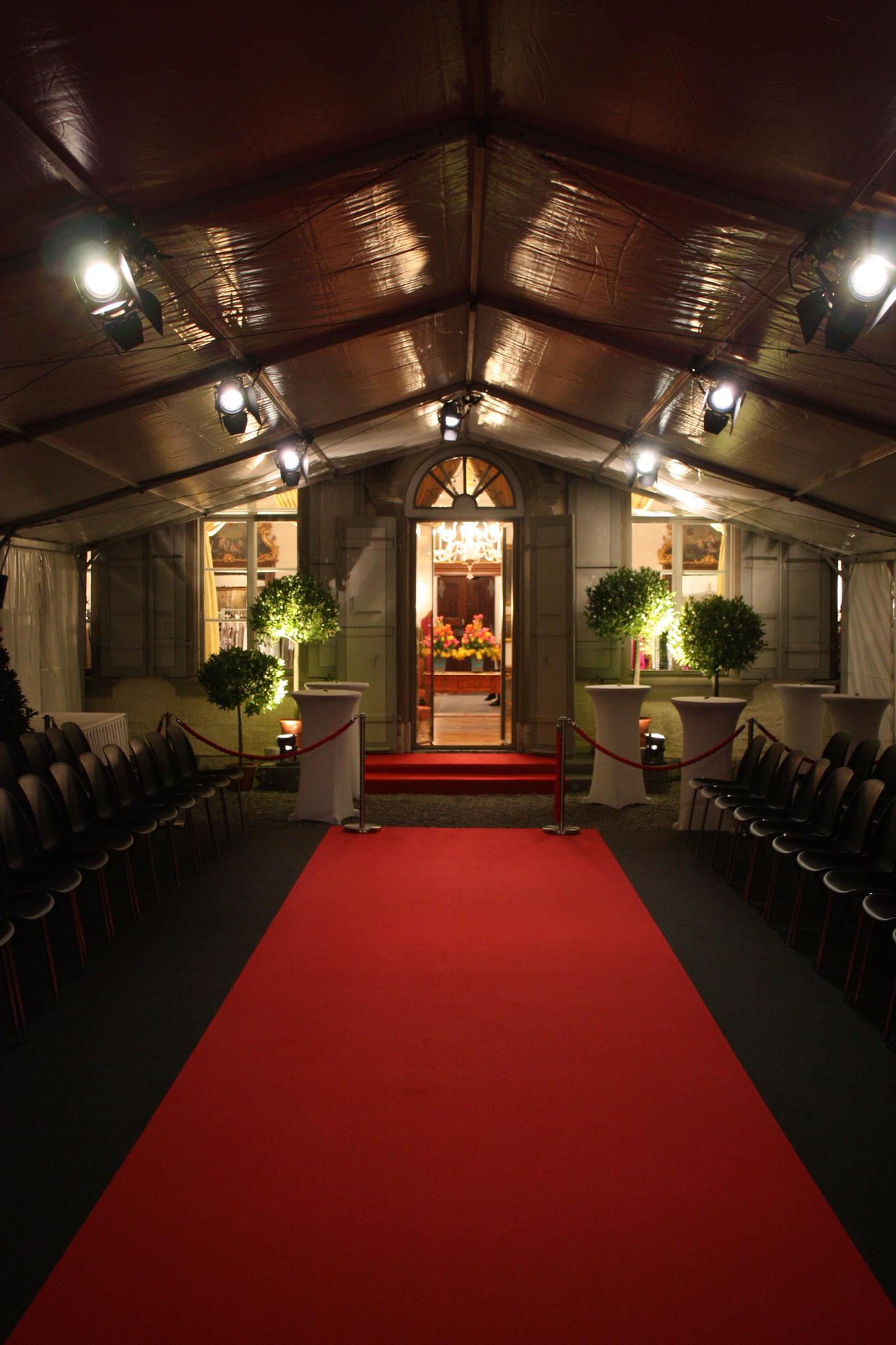 Zelt am Eingang zum Gartensaal