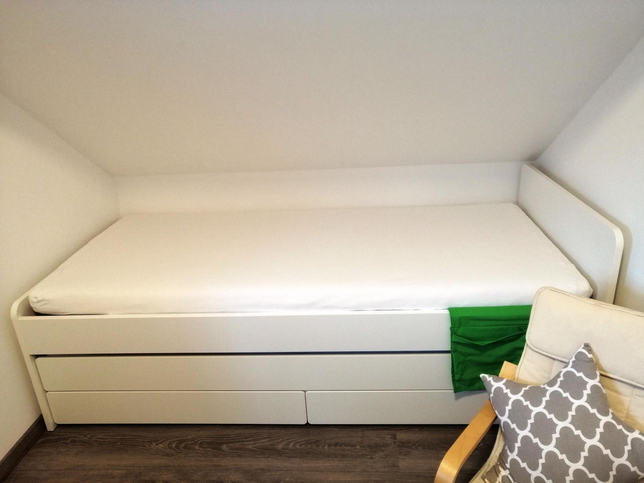 2. Bett mit Schubladen und vollwertigem Ausziehbett ©KnallerbsenHof