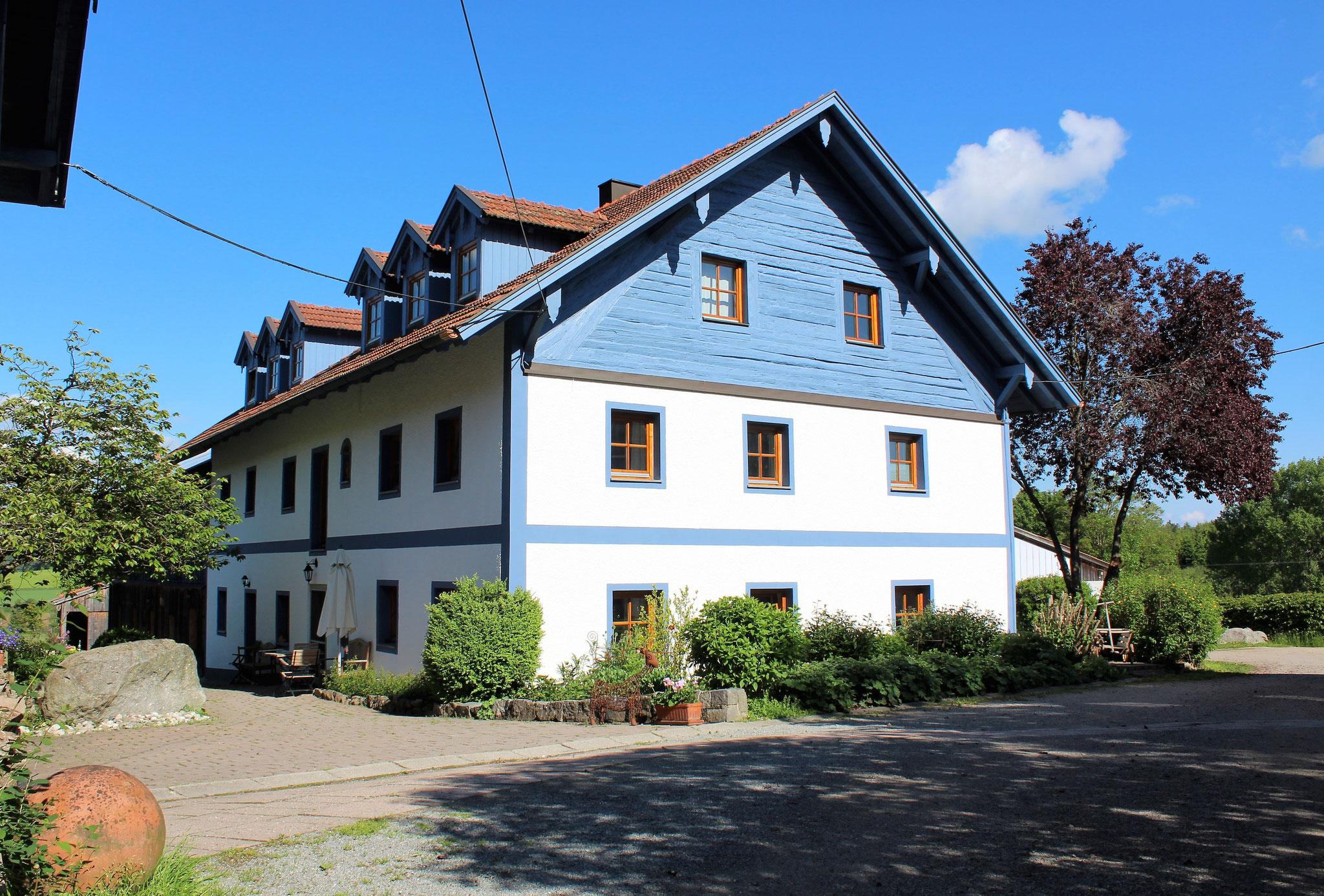 Haupthaus (2. Stock: Fewo Cham und Fewo Straubing) ©KnallerbsenHof