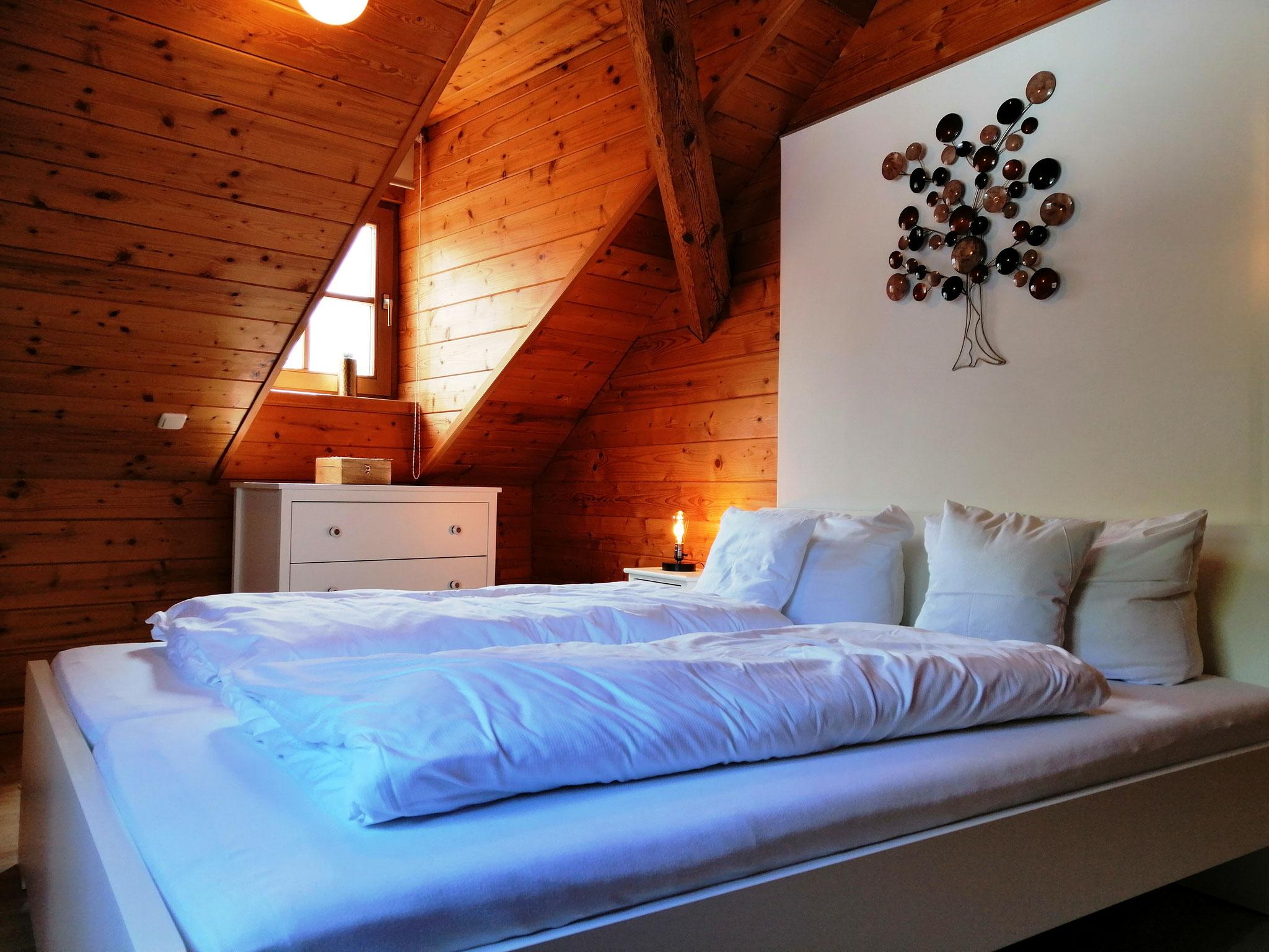 Schlafzimmer mit Doppelbett ©KnallerbsenHof