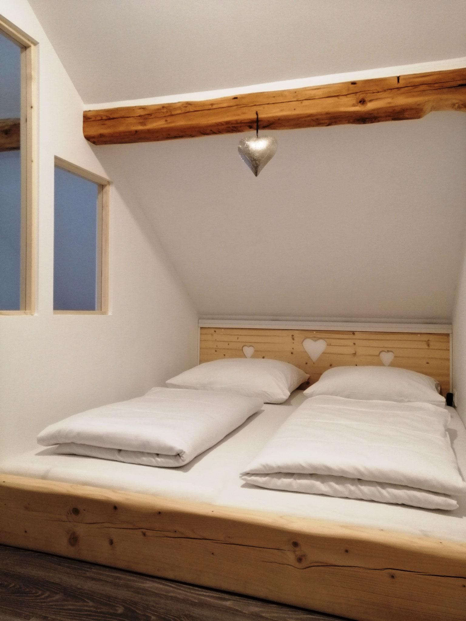 Doppelbett mit indirekter Beleuchtung ©KnallerbsenHof