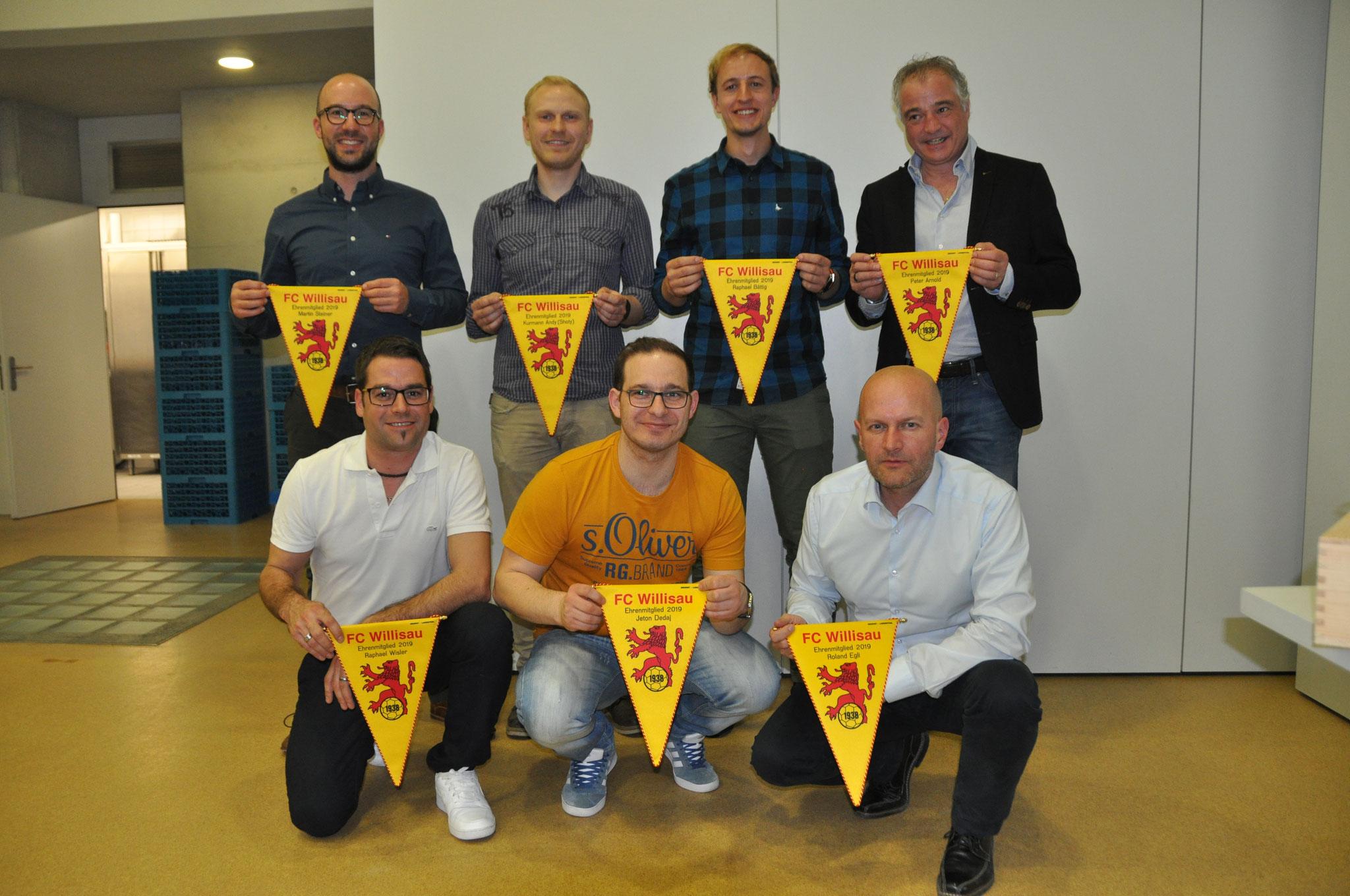 Die neuen Ehrenmitglieder: Martin Steiner, Raphael Wisler, Andreas Kurmann, Jeton Dedaj, Raphael Bättig, Roland Egli, Peter Arnold (von links nach rechts).
