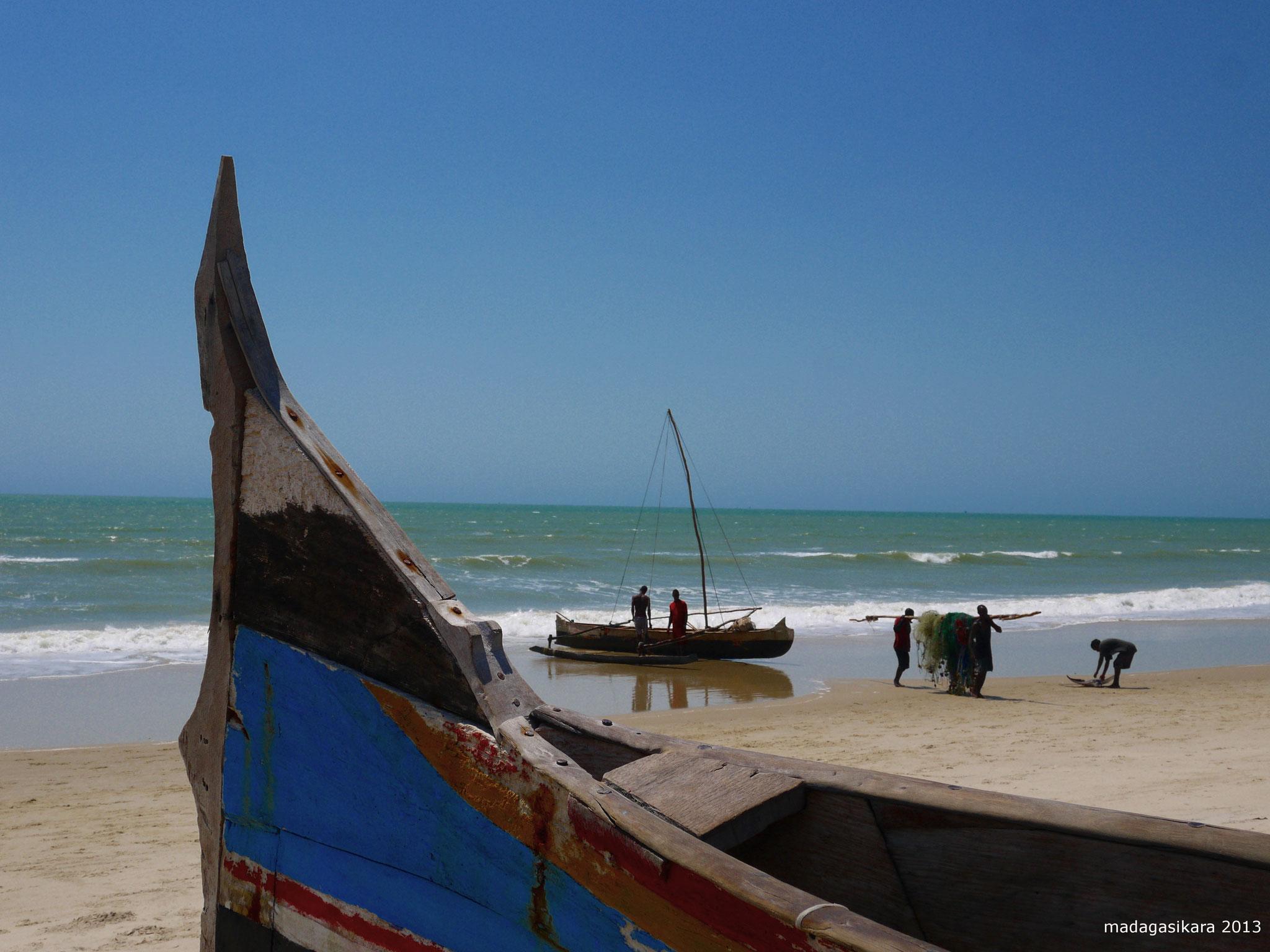 An der Küste leben die Menschen vom Fischfang.