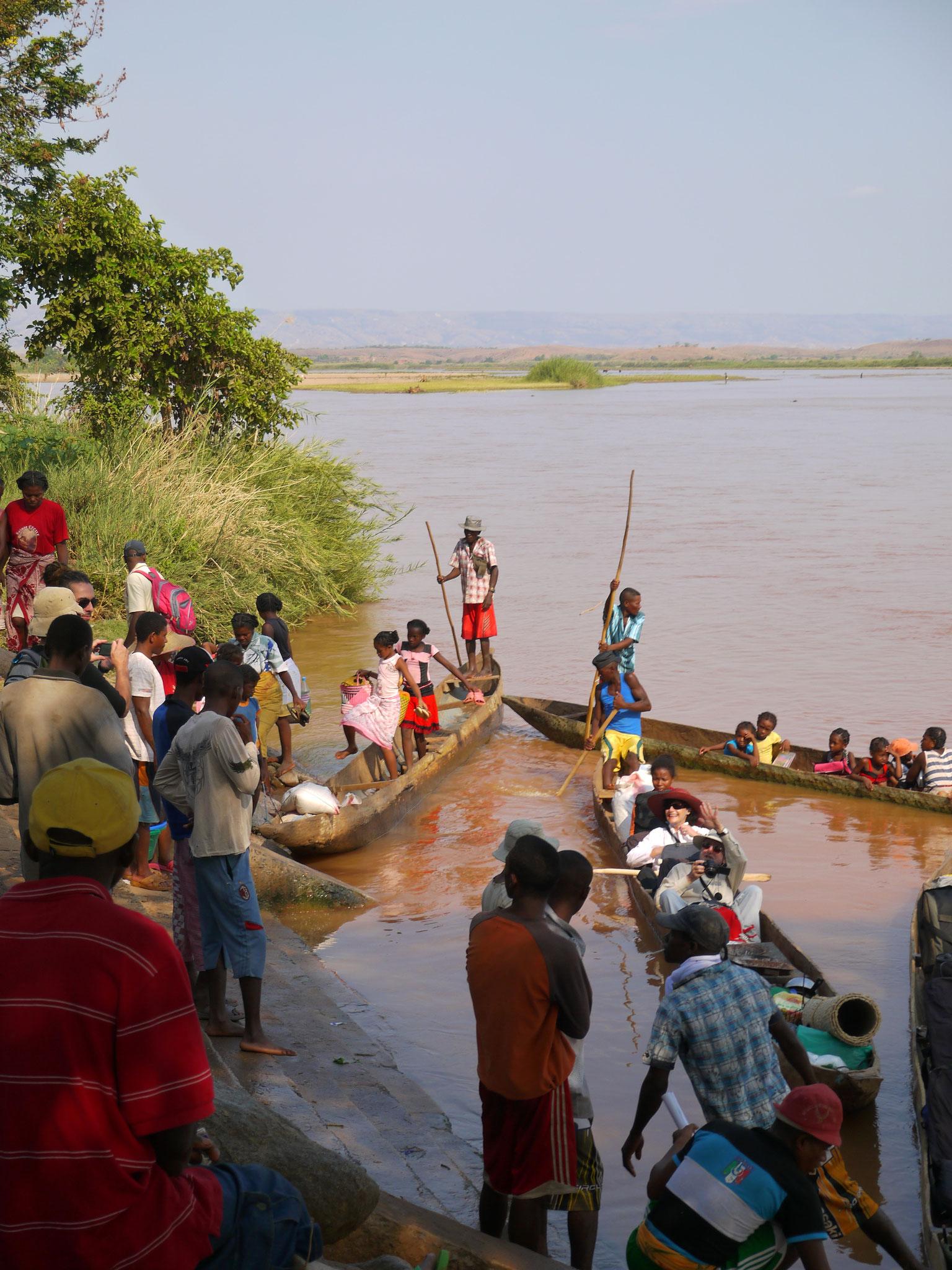 Die Pirogen bilden am Fluss das Hauptverkehrsmittel.